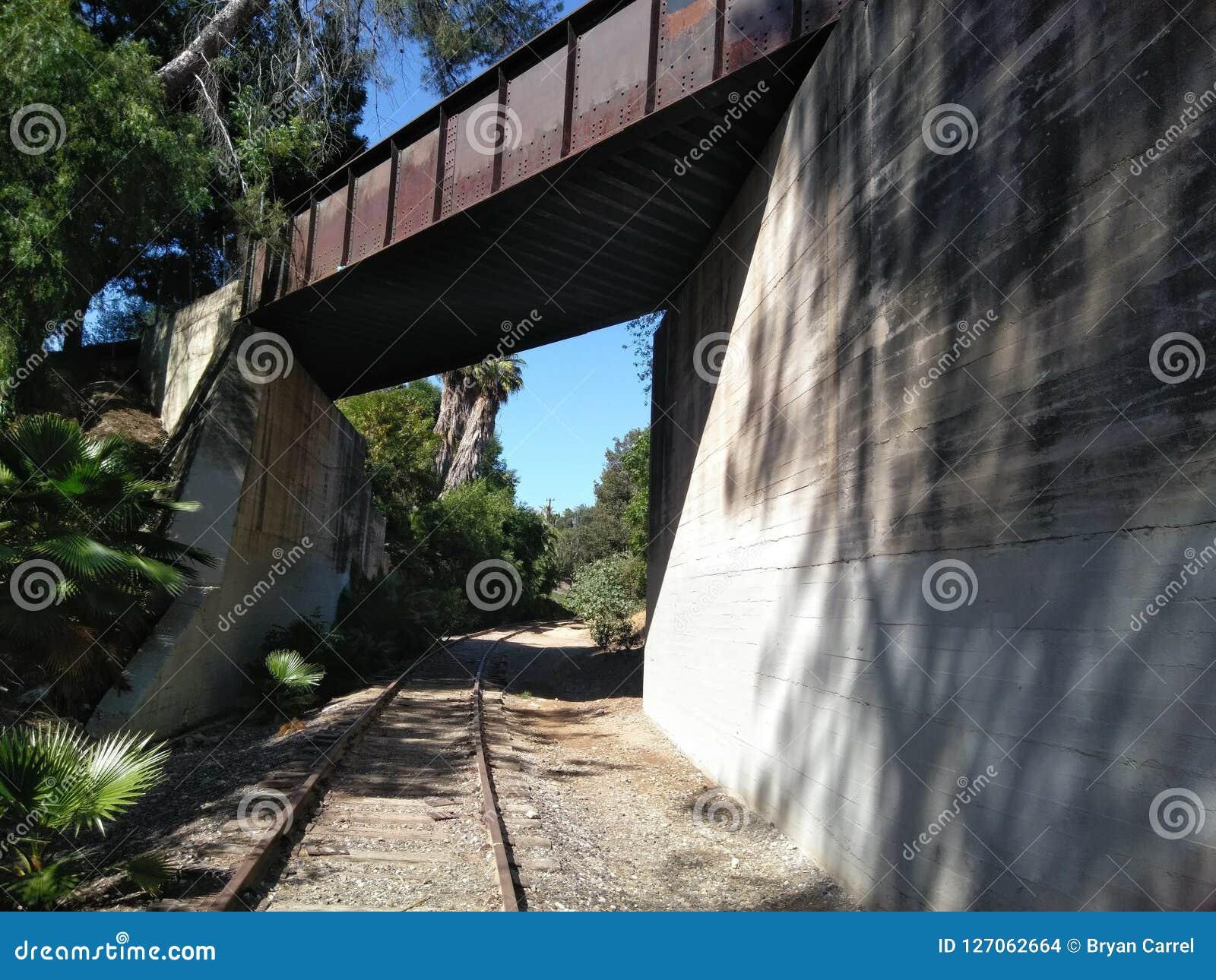 Trilhas de estrada de ferro elétricas pacíficas abandonadas em Fullerton Califórnia