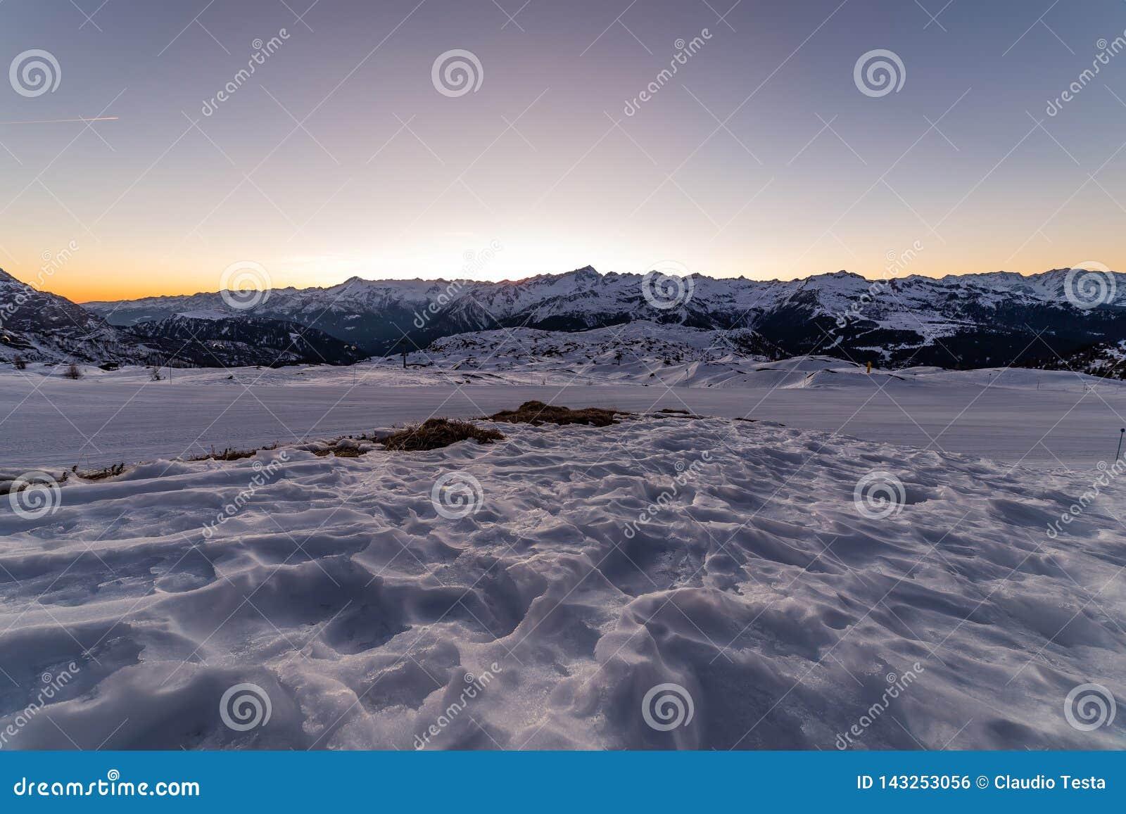 Trilhas do esqui no por do sol