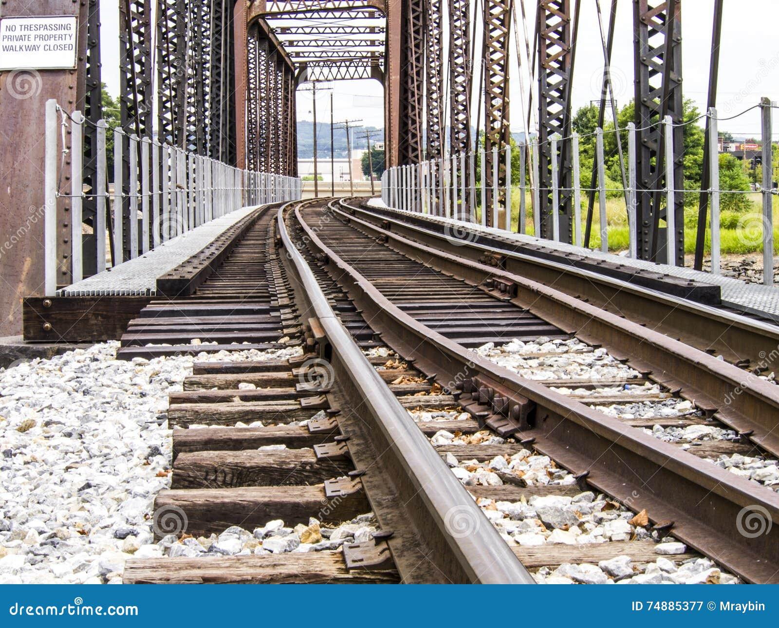 Trilhas do trem através de uma ponte