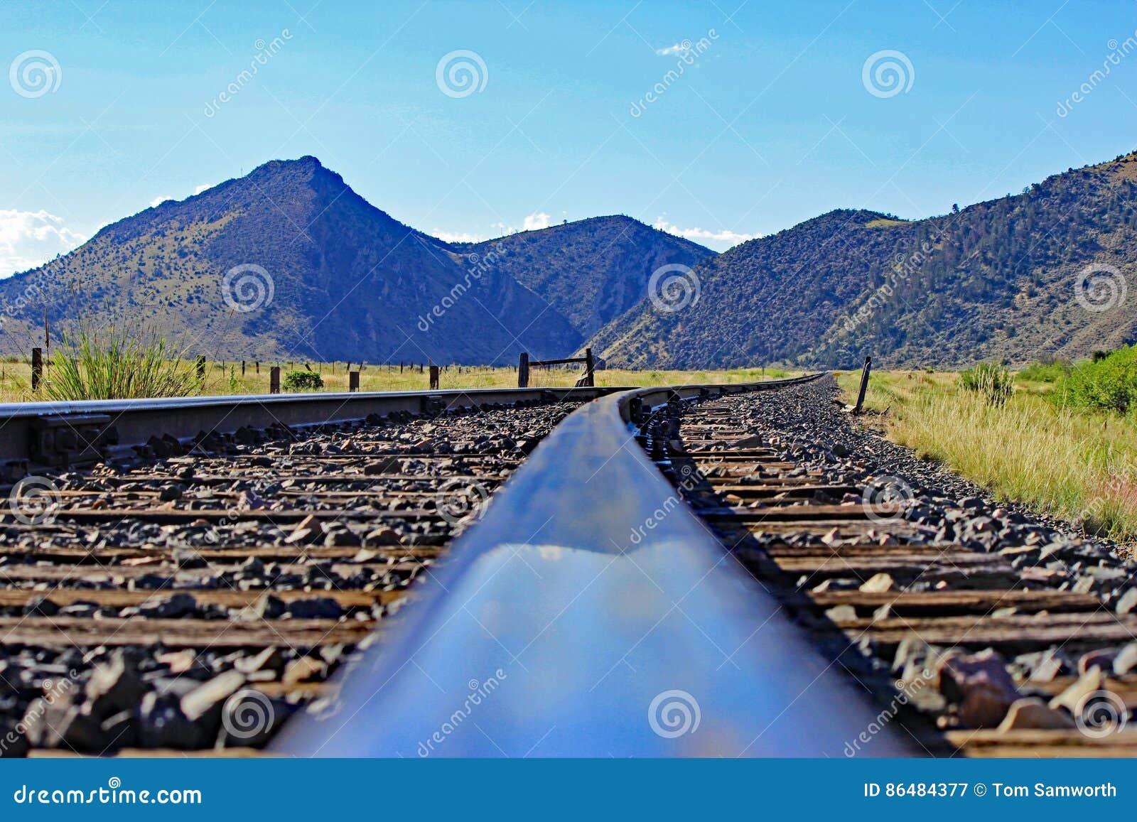 Trilhas e Mountain View do trem em Montana