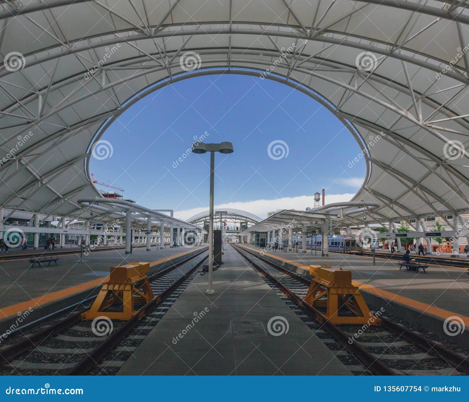 Trilhas e plataformas do trem na estação da união em Denver do centro, EUA