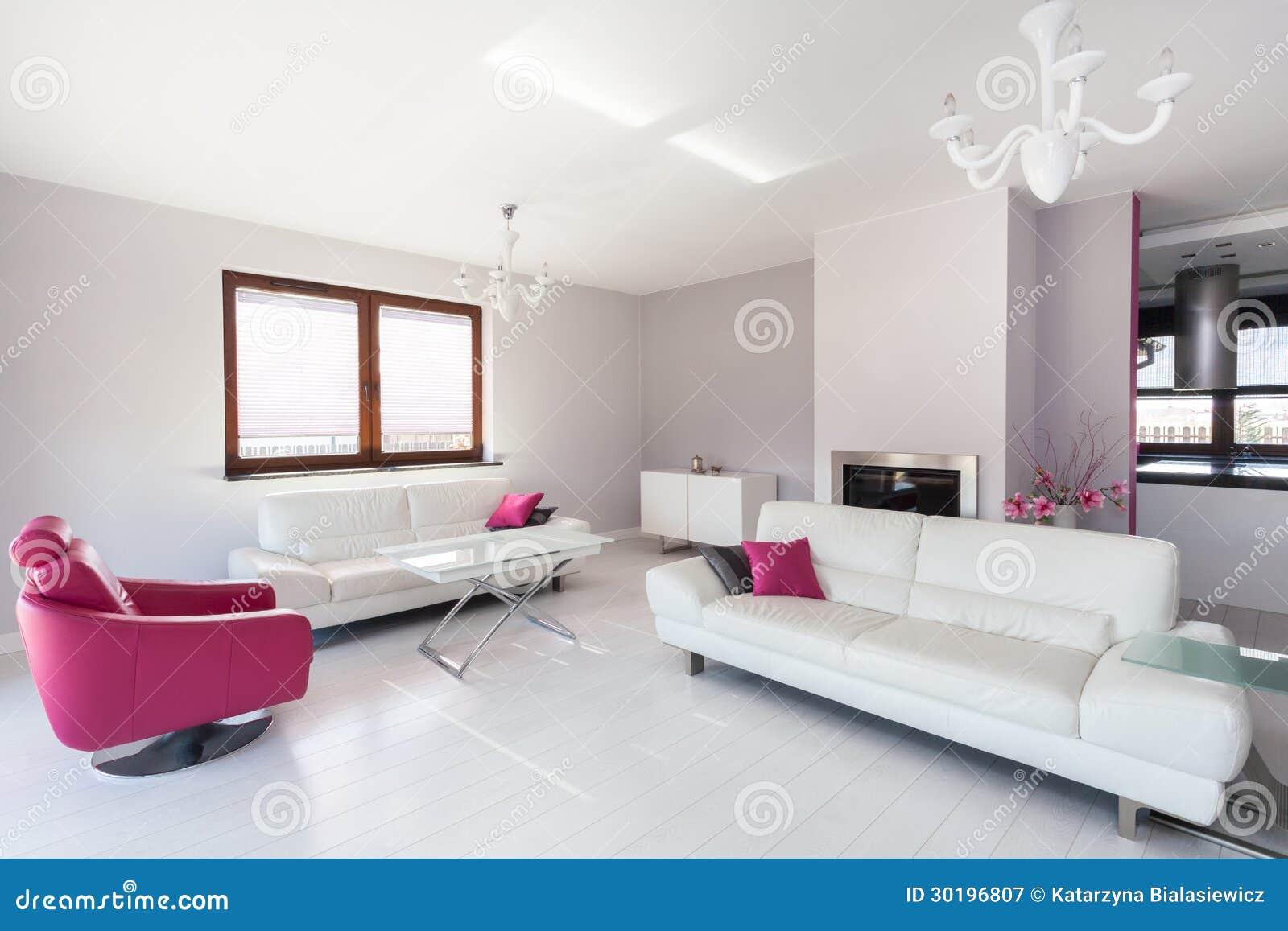 Trillend Plattelandshuisje - Witte En Roze Woonkamer Stock ...
