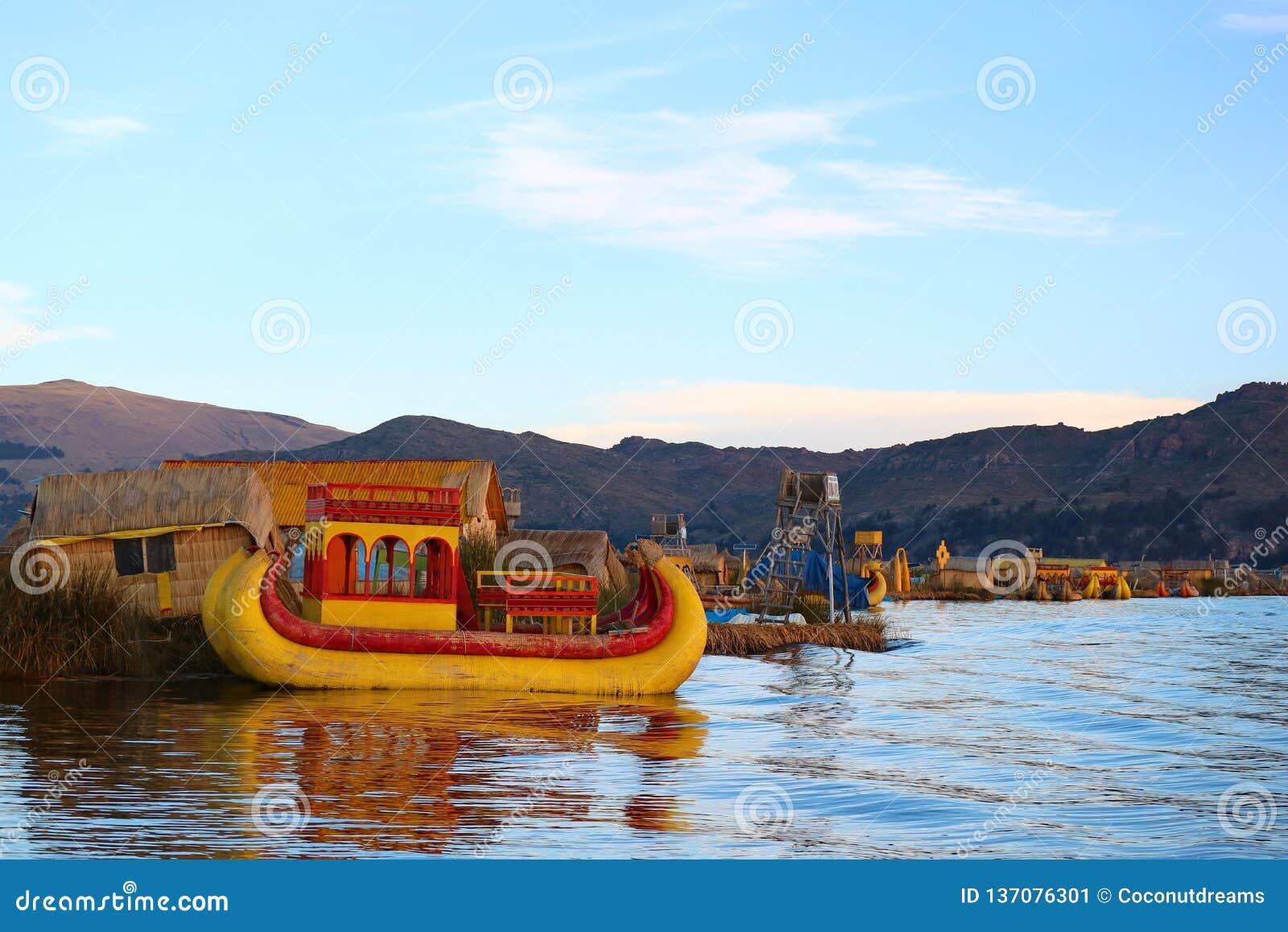 Trillende Gekleurde Traditionele Totora Reed Boats op Meer Titicaca, Beroemd Uros Floating Island van Puno, Peru