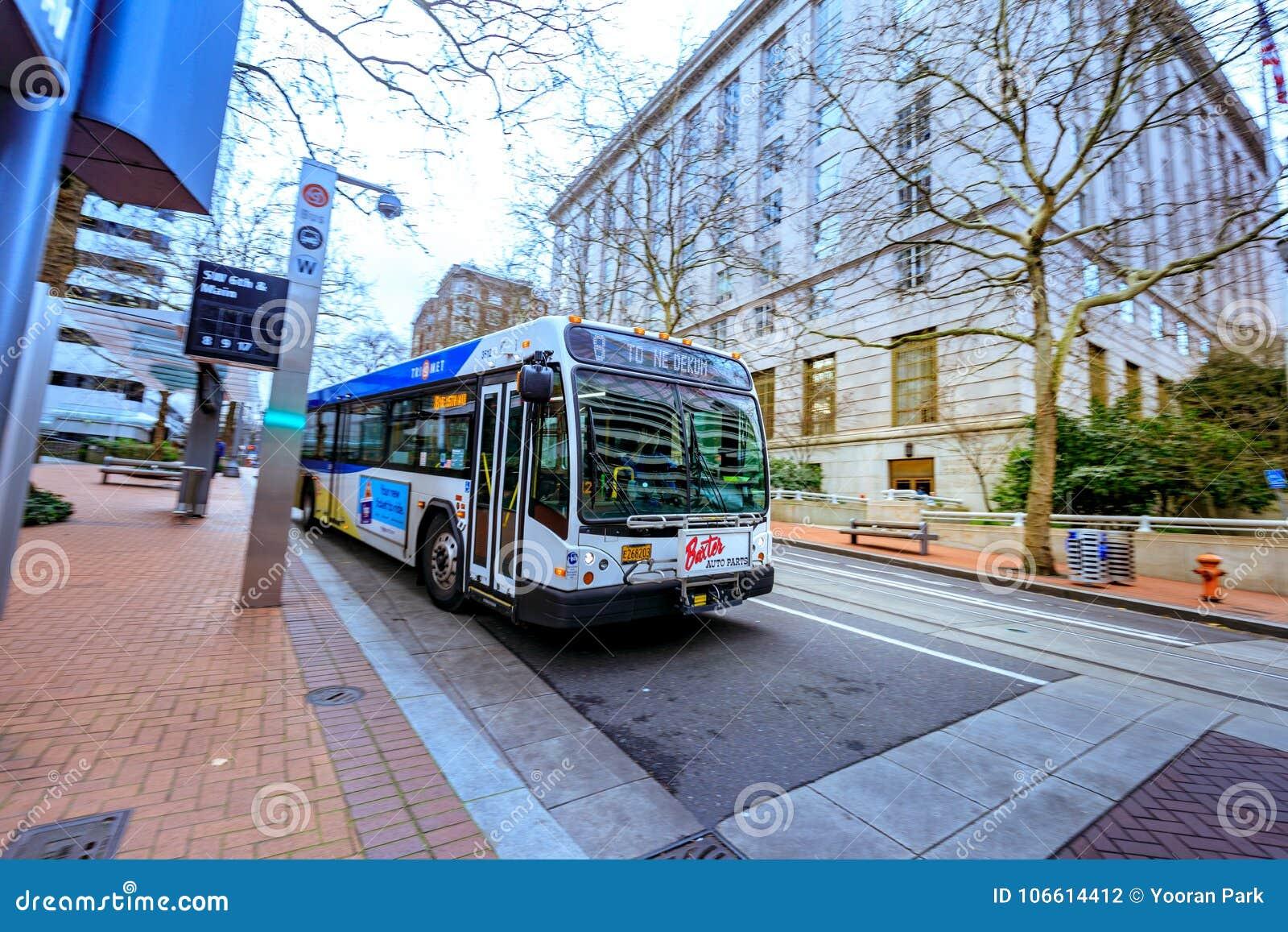 TriMet przystanek autobusowy przed Stany Zjednoczone Dworskiego domu buildin