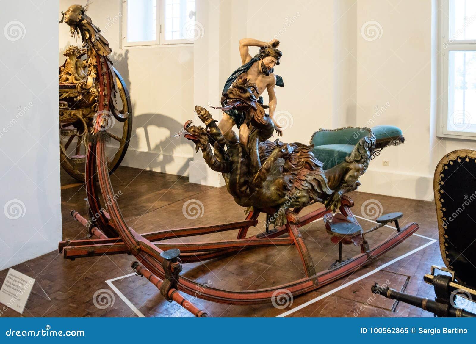 Trineo figural antiguo en el Marstallmuseum