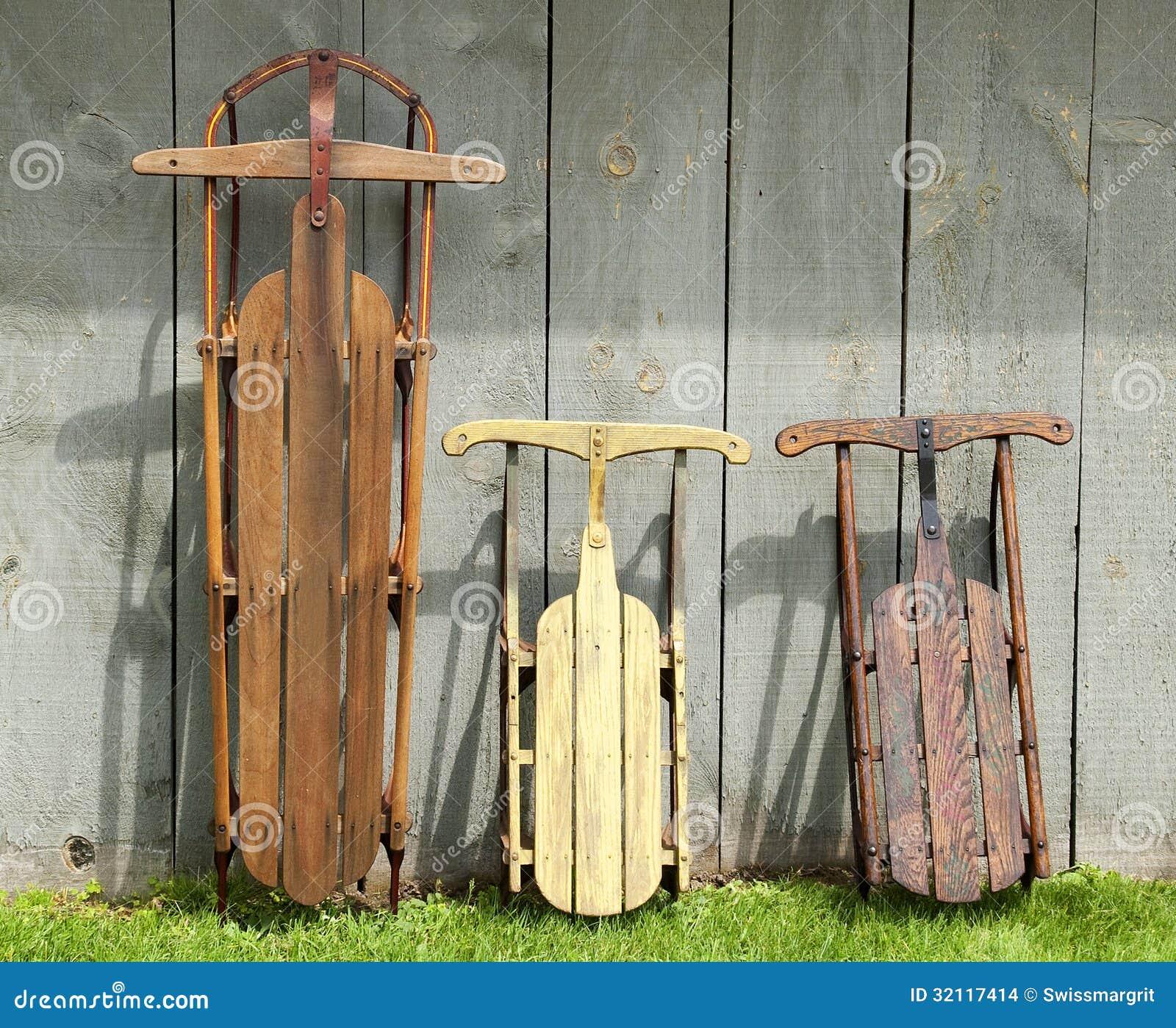 Trineos de madera del vintage imagenes de archivo imagen for Trineo madera decoracion