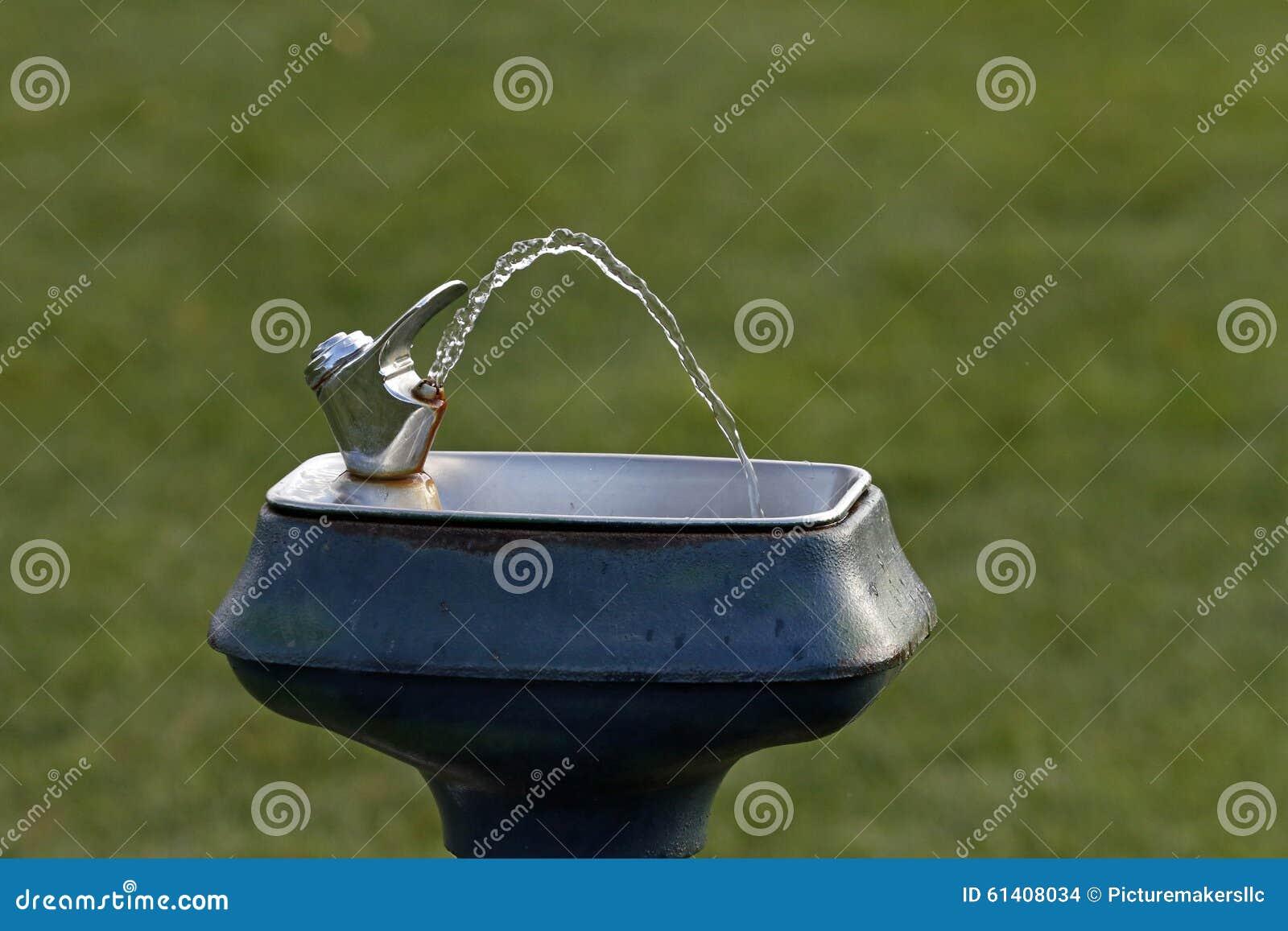 Trinkender Leitungswasser-Brunnen