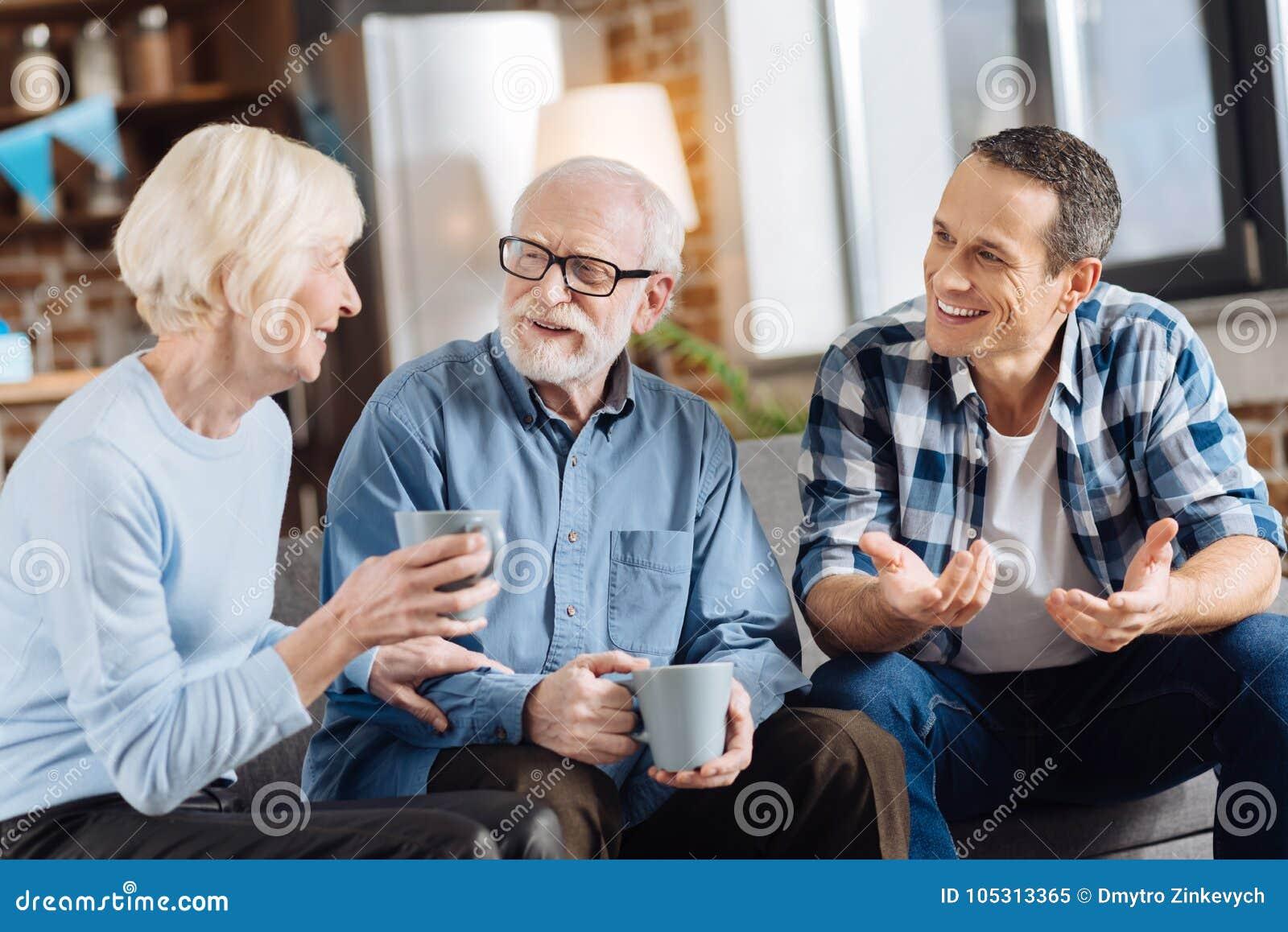 Trinkender Tee der angenehmen Familie und Sozialisieren