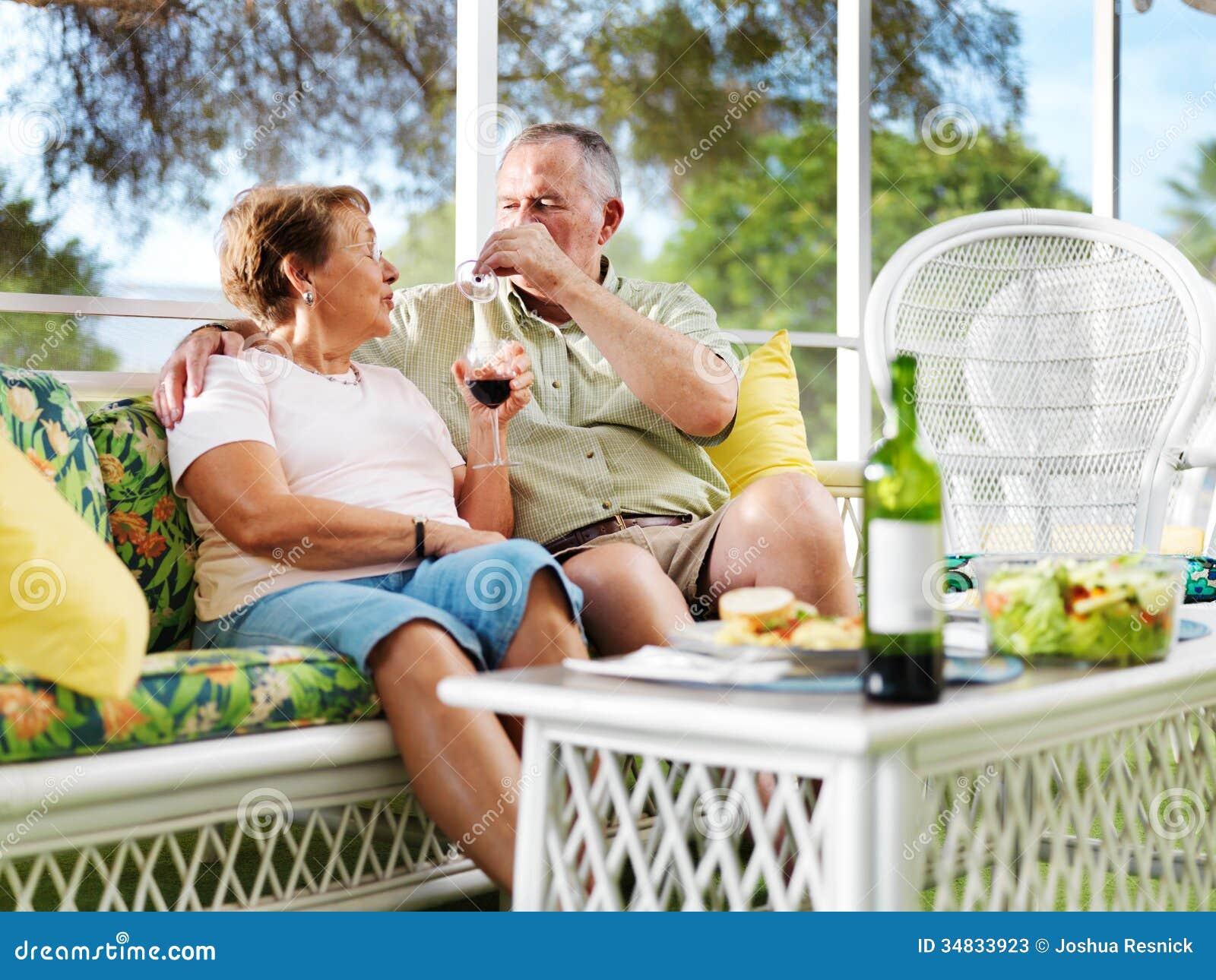 Trinkender Wein der älteren Paare