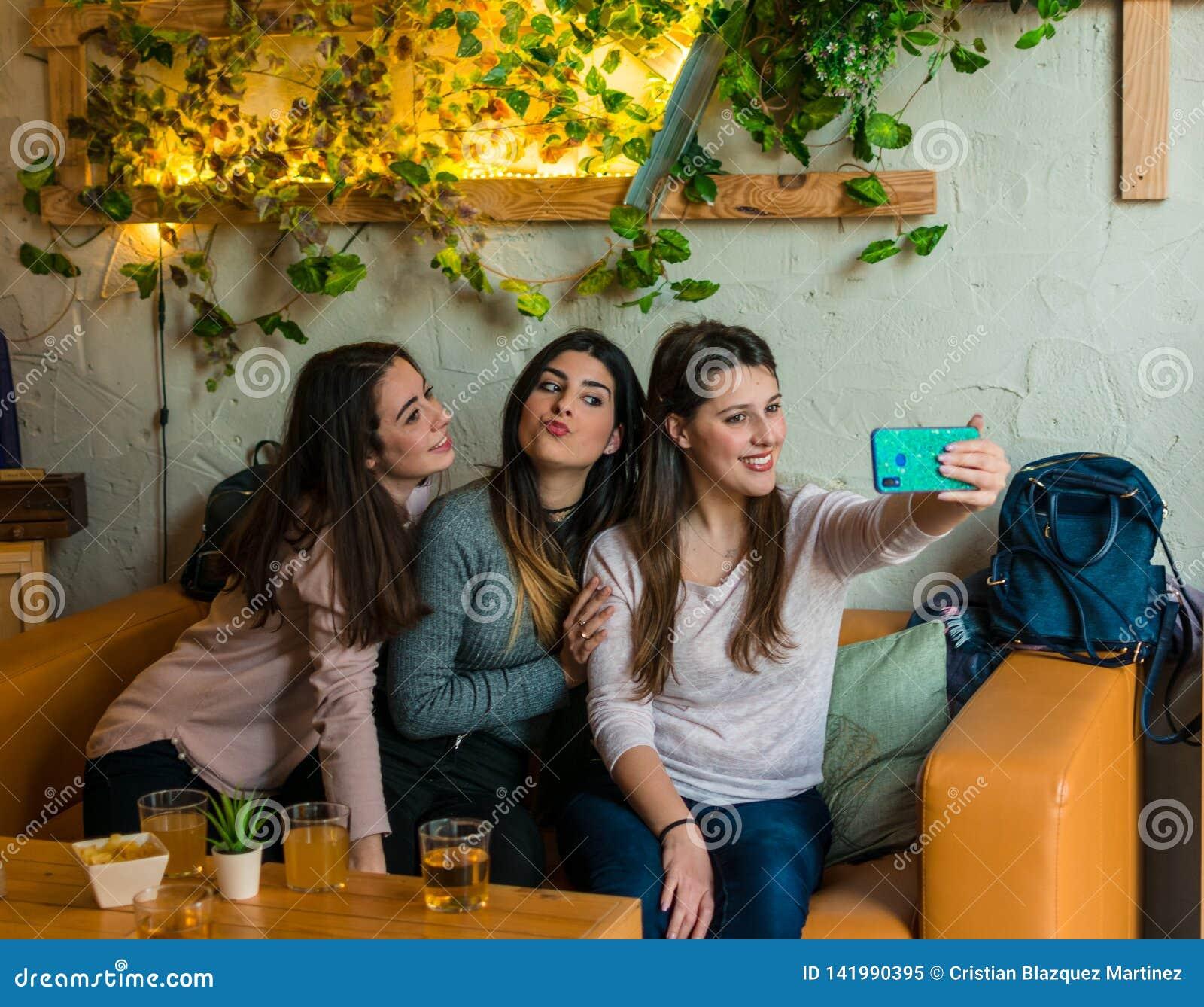 Trinkendes Bier der glücklichen Freundgruppe und selfie am Brauereibarrestaurant nehmen