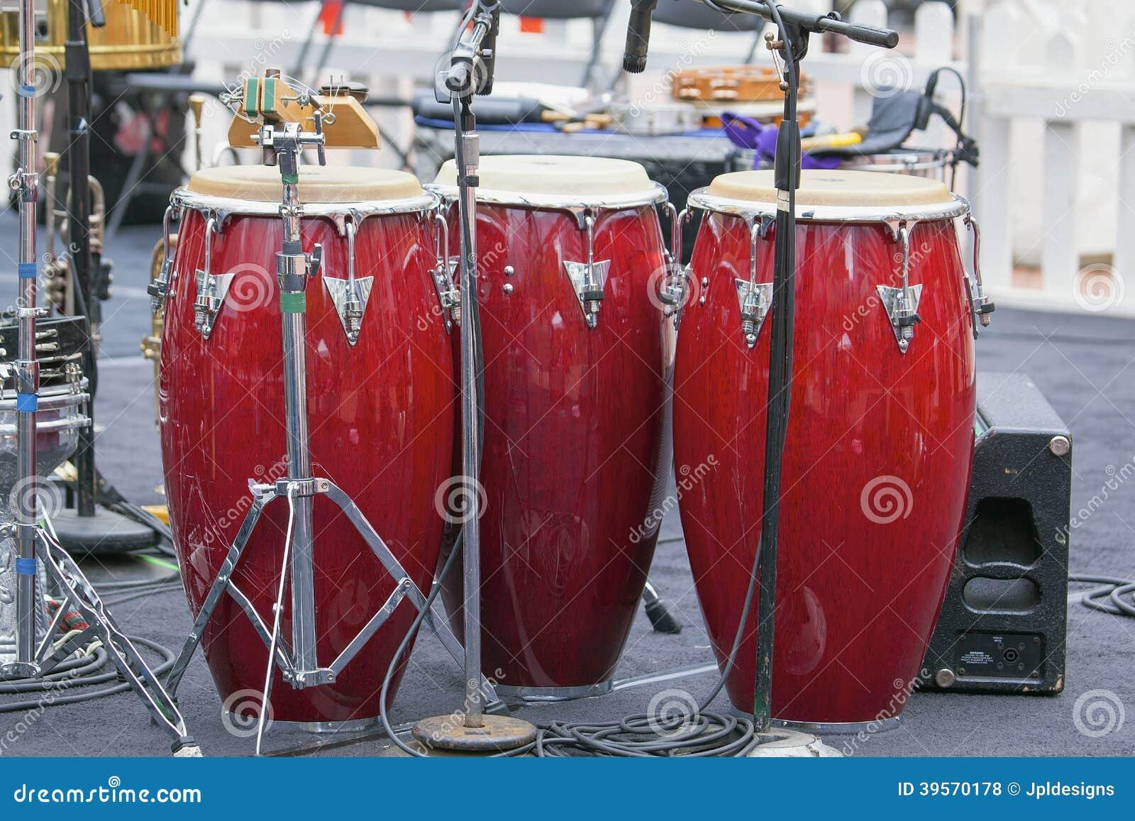 Trio av röda Congavalsar