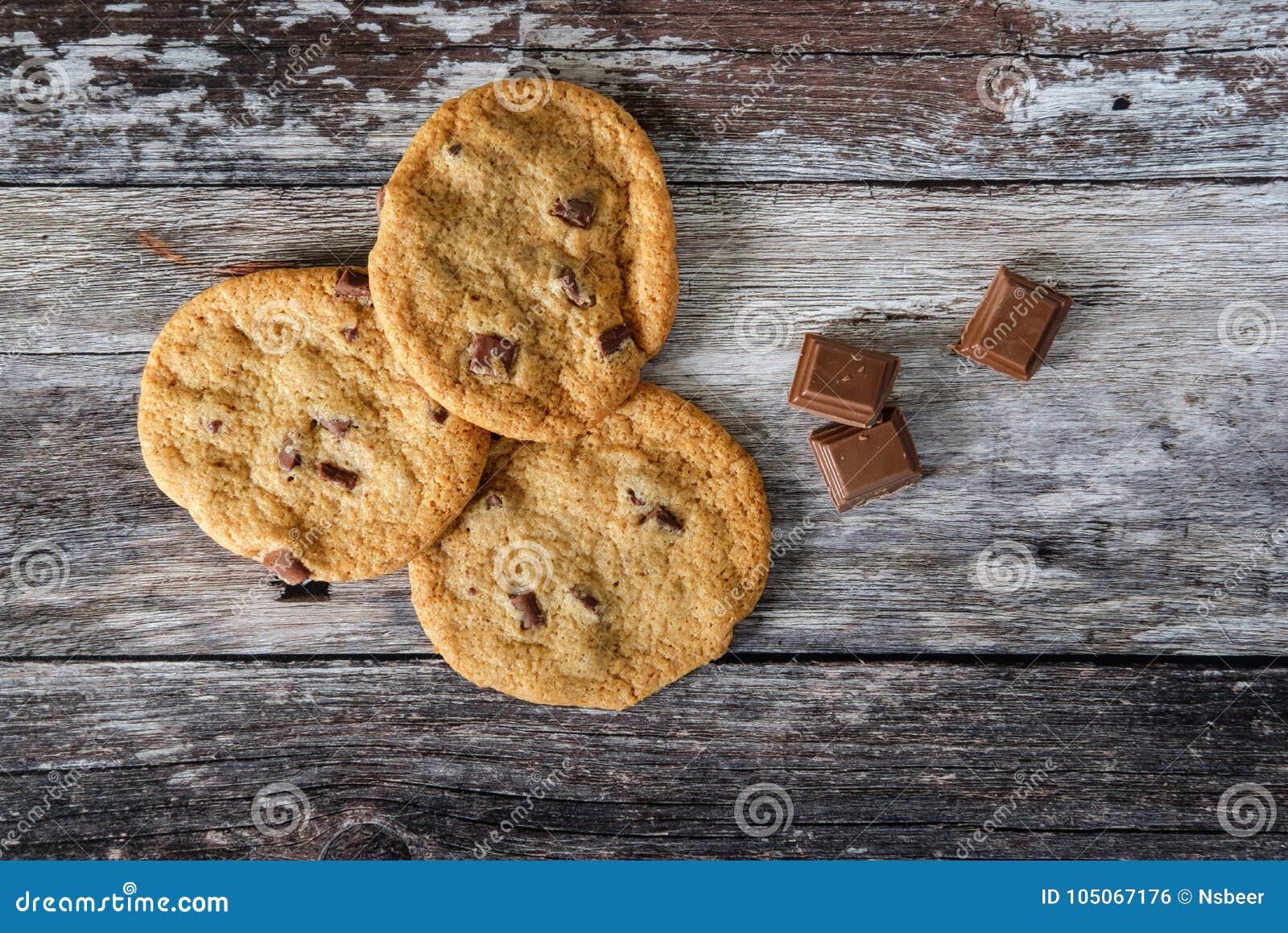 Trio de frais vu par biscuits de puce de chocolat du four, sur une table de cuisine rustique