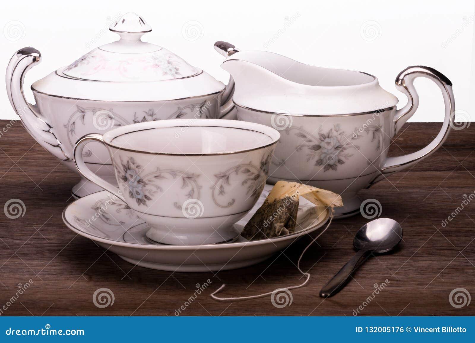Trio de temps de thé de tasse de thé, de crémeuse et de sucrier