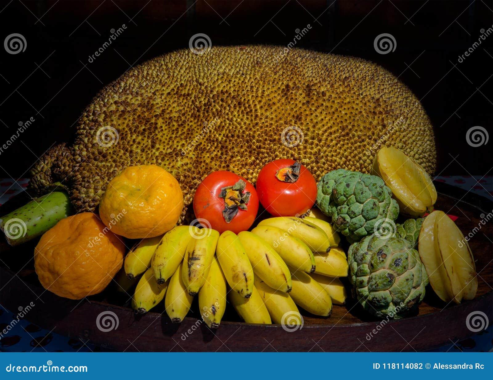 Tripical owoc w drewnianym pucharze