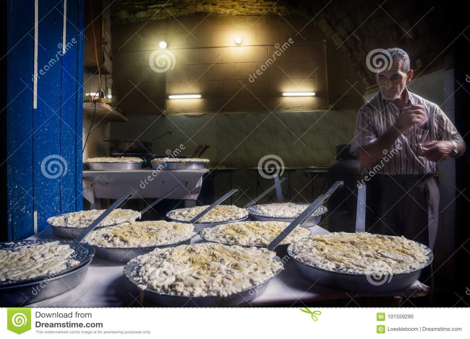 Tripoli, Líbano - 9 de outubro de 2015: Fabricante do queijo nos souks de Tripoli