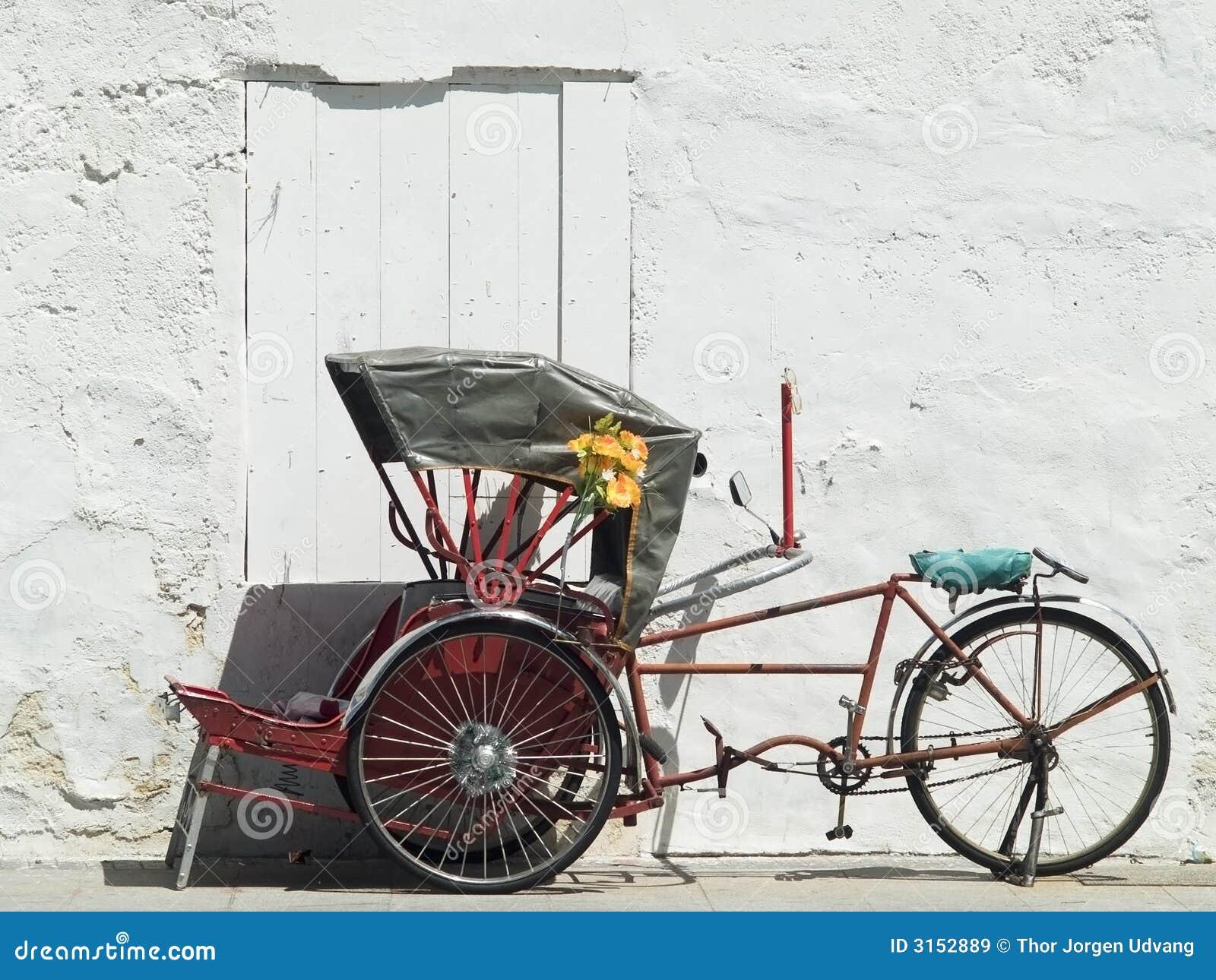 Trishaw parkte an einer weißen Wand