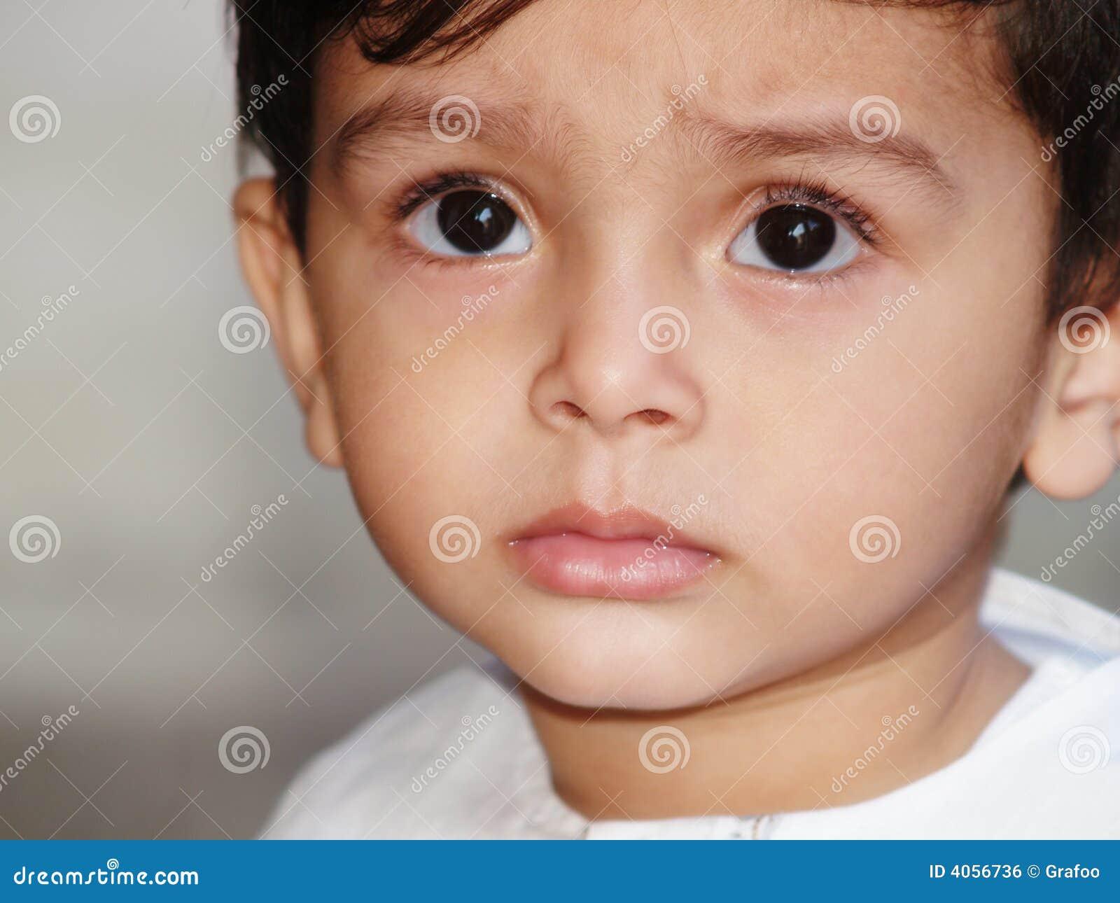 Triste-olhando o menino asiático