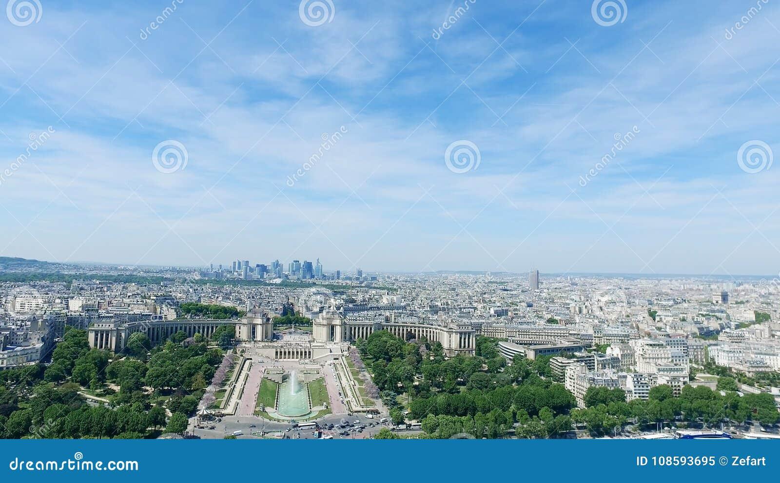 Trocadero och kanonspringbrunnar i Paris, Frankrike