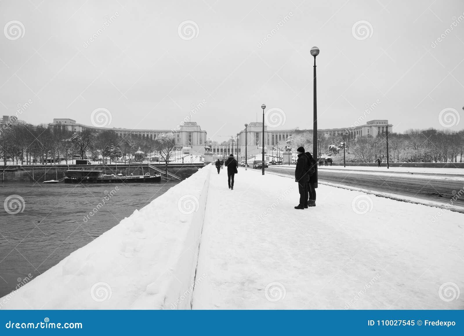 Trocaderobrug onder sneeuw