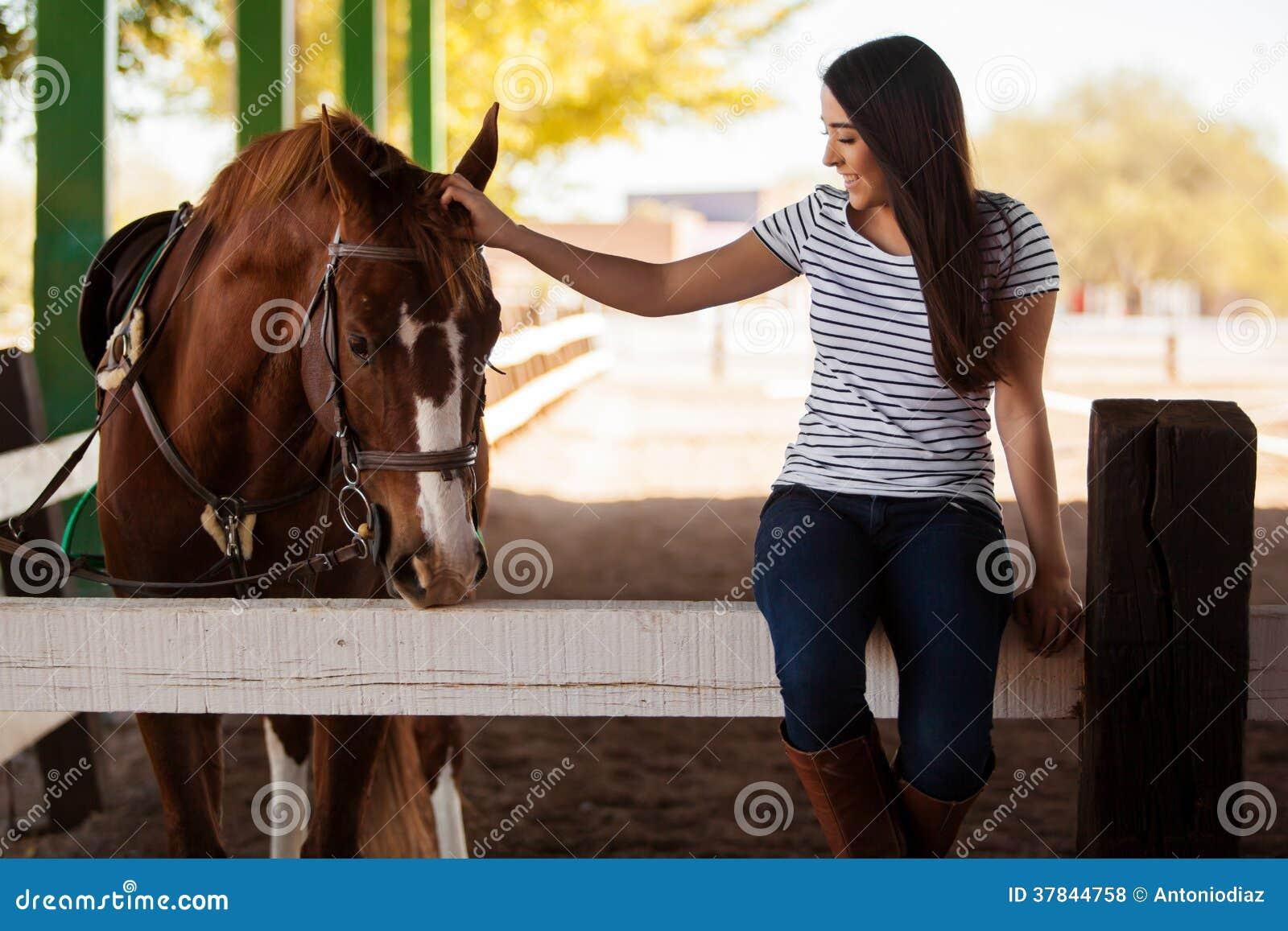 Trocas de carícias meu cavalo em um rancho
