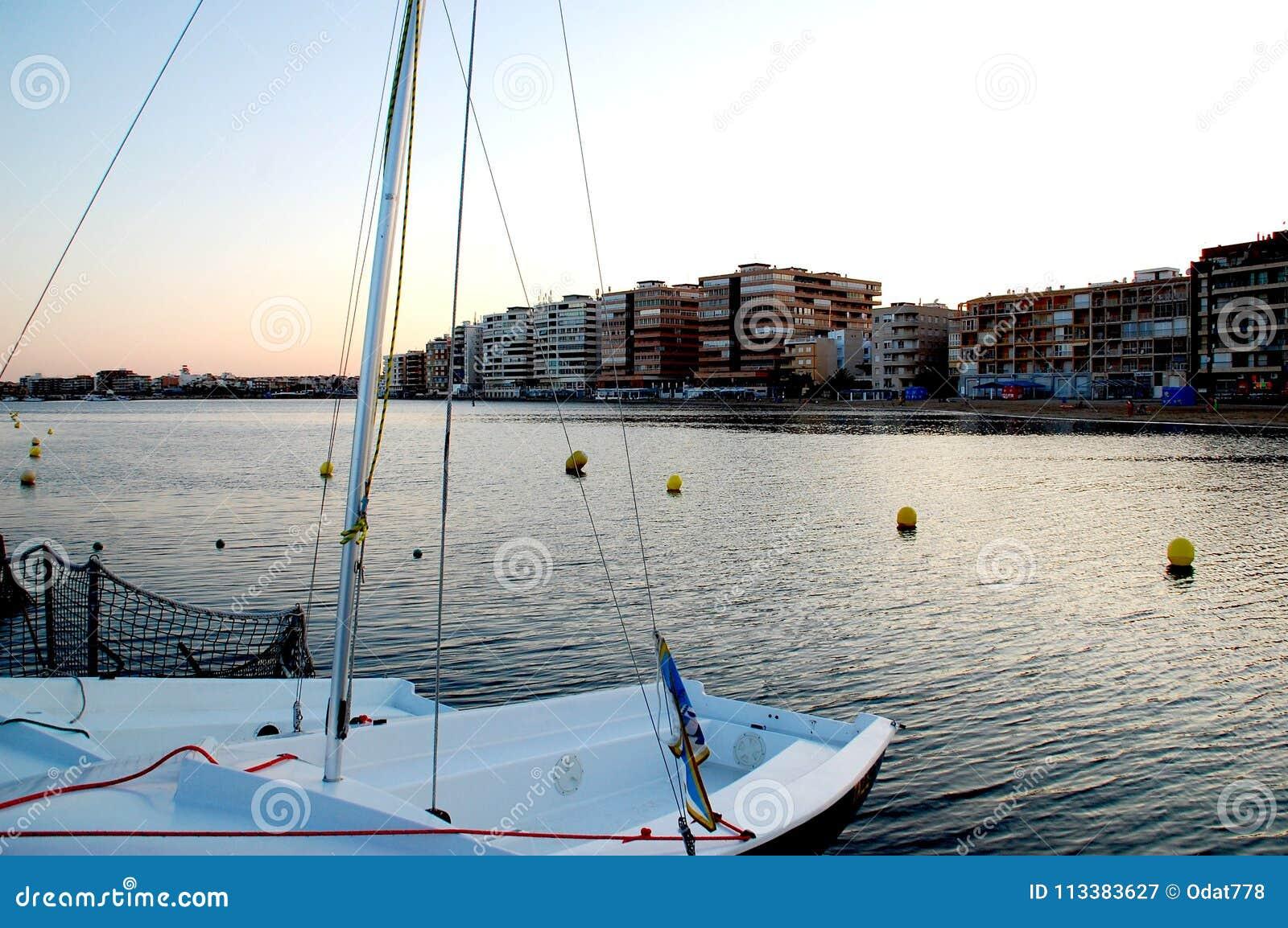 Trochę łódź przy końcówką port przegapia miasto