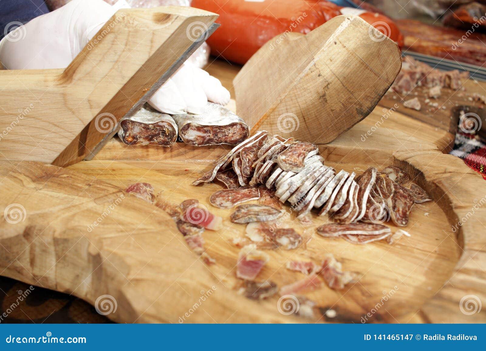 Trockene Salami auf einem Berufsschneidebrett Geräucherte flache Wurst mit Gewürzen für Cover-Foto-Hintergrund Getrocknete flache