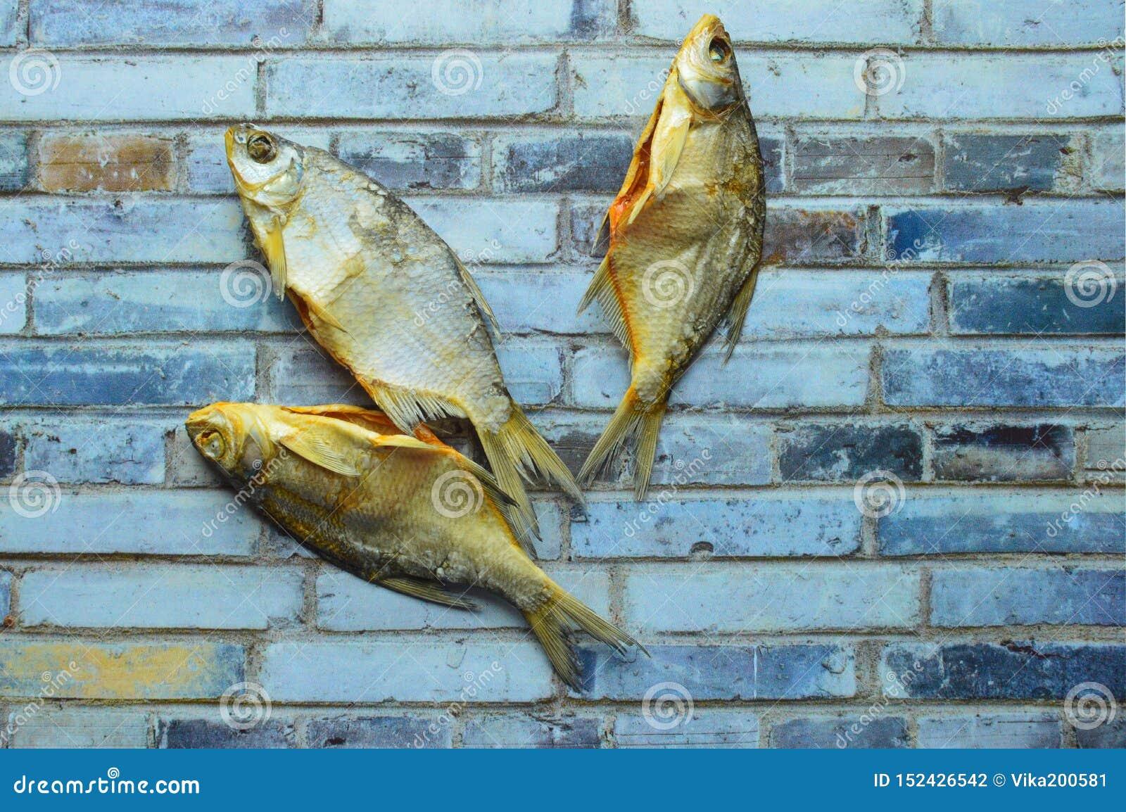 Trockene salzige kleine Fische im Bier