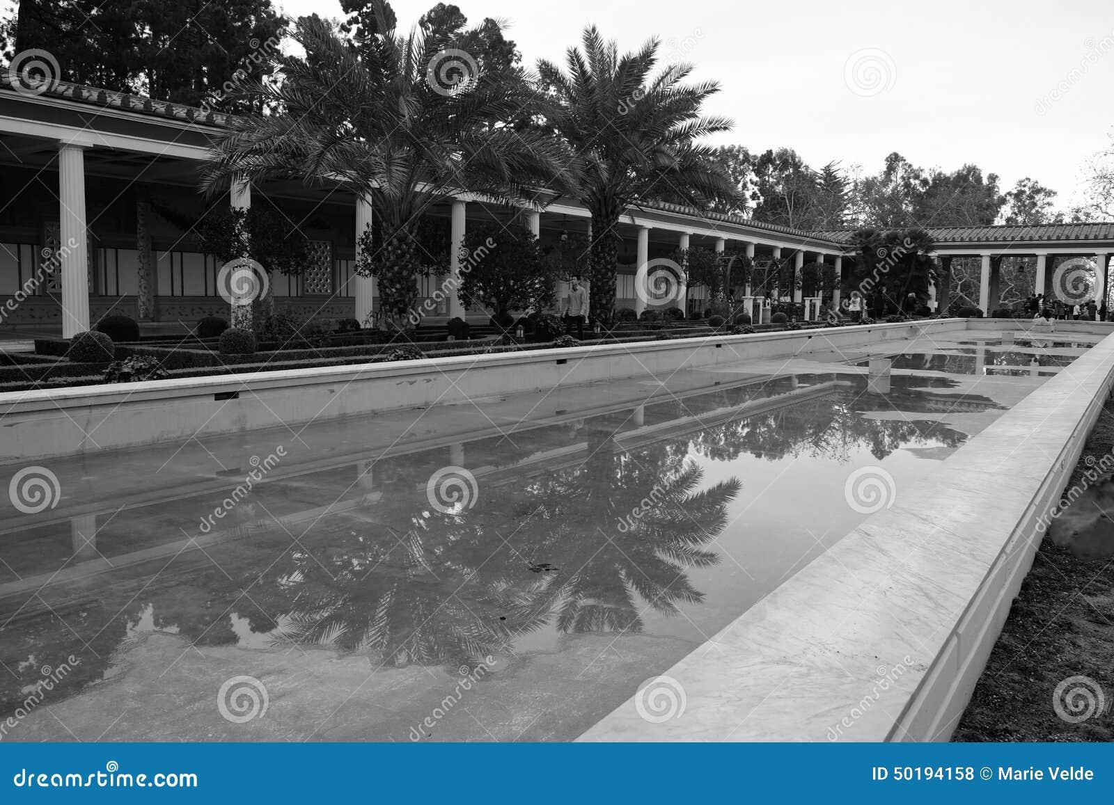Trockenes Pool am Landhaus
