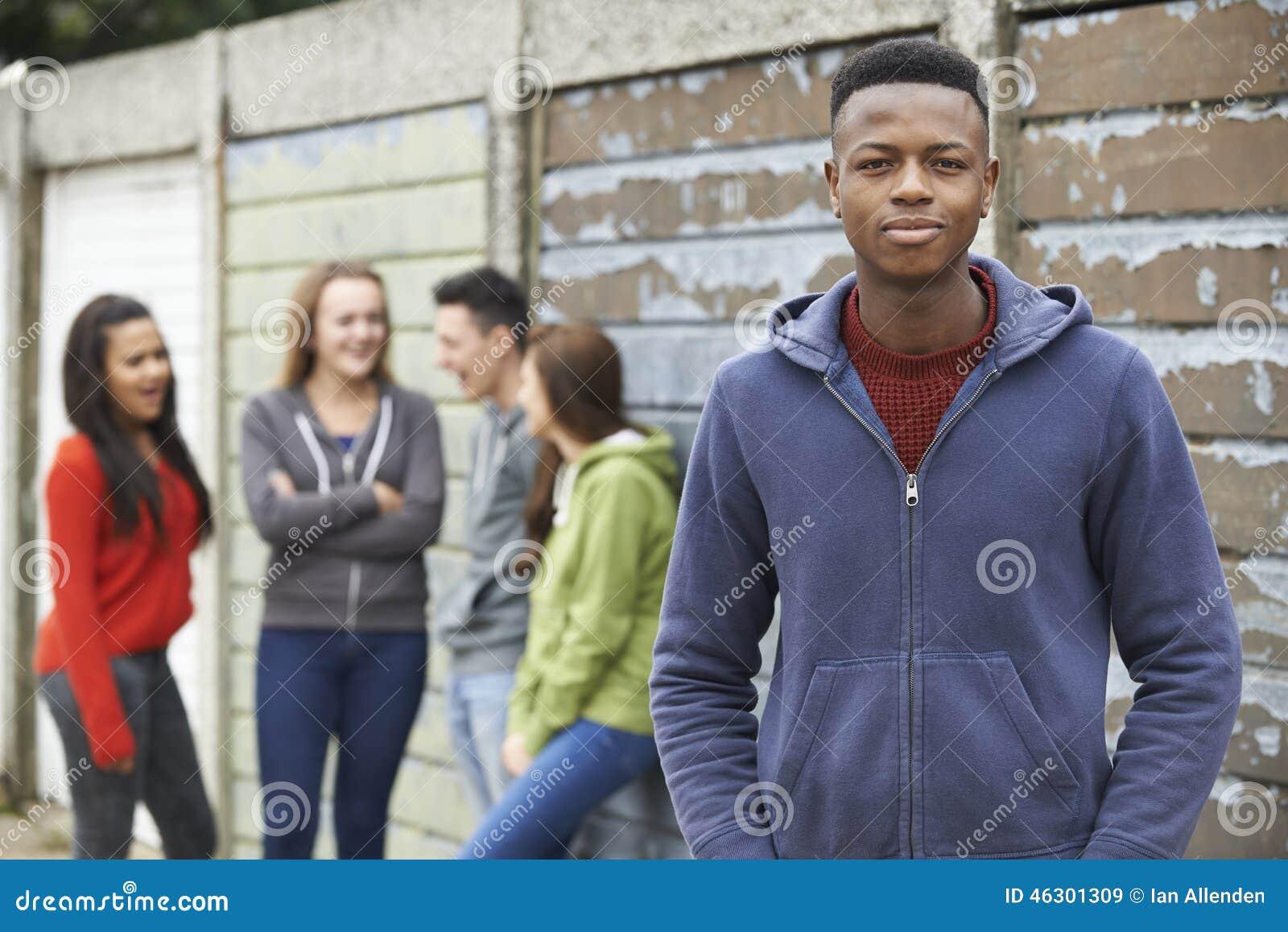 Troep van Tieners die uit in Stedelijk Milieu hangen