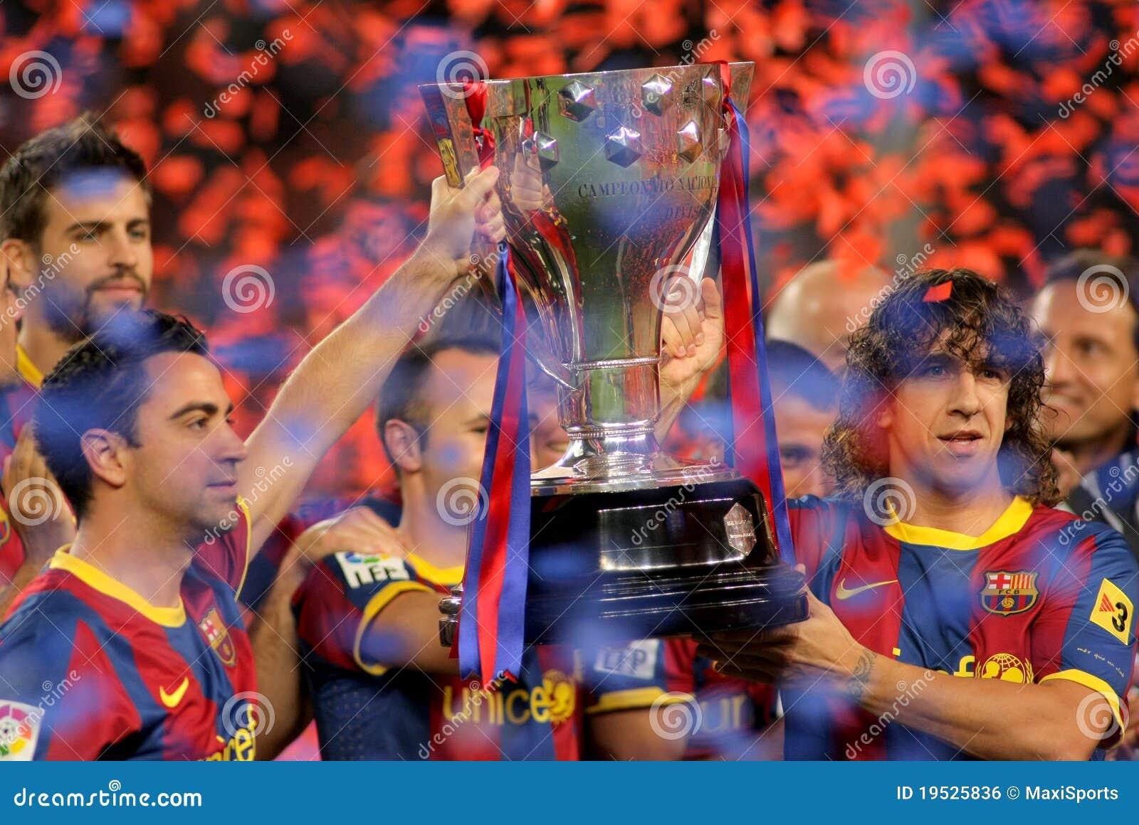 Trofeo de Liga del La del asimiento de Xavi y de Puyol