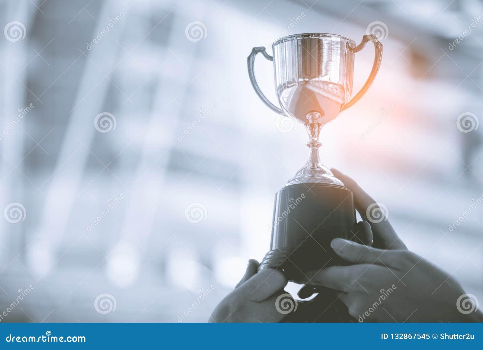 Trofeo de plata con el fondo de la ciudad Éxito y logro concentrados