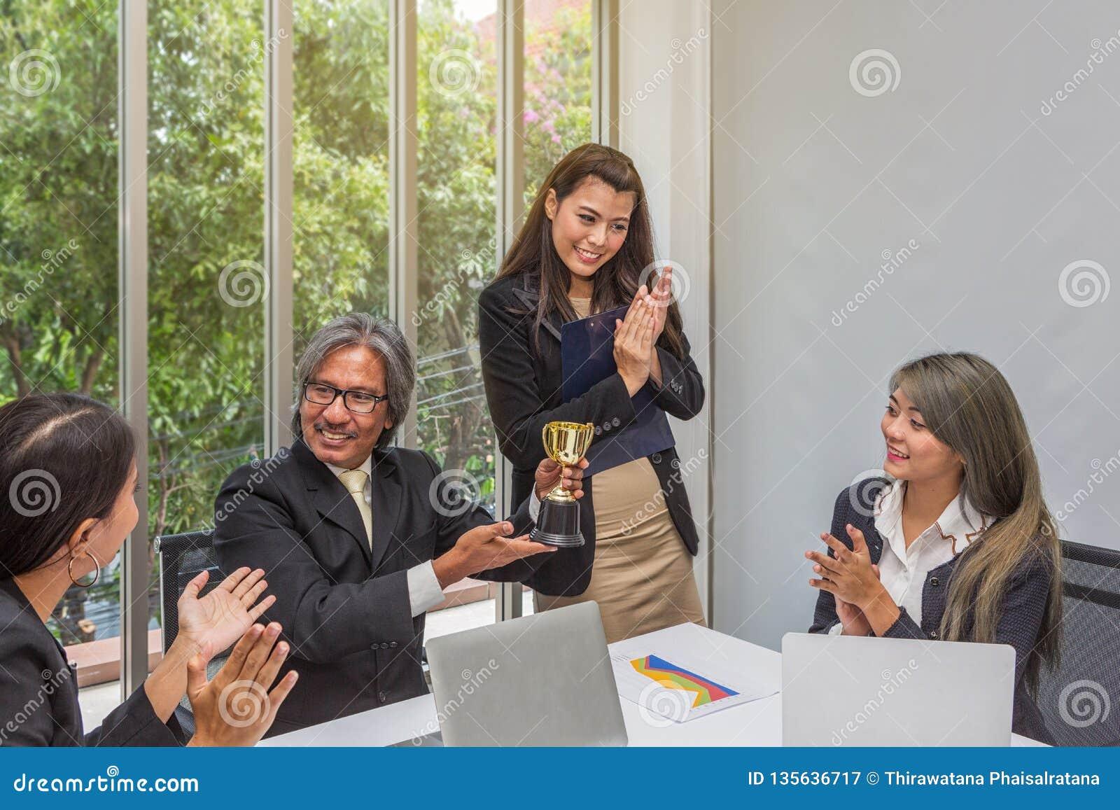 Trofeo di conquista del gruppo di affari nell ufficio Uomo d affari con lavoro di squadra in premio e riuscito trofeo di mostra e