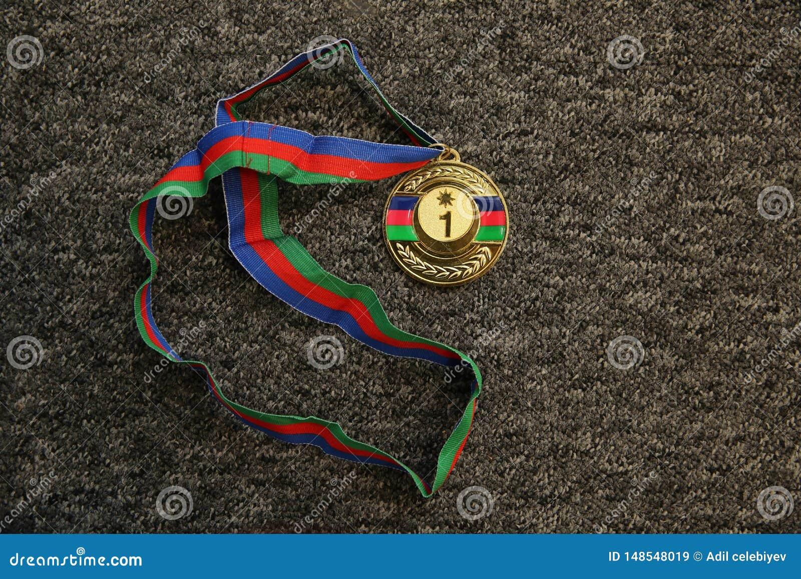Trofeo di sport Medaglia d oro su fondo nero Medaglia d oro su fondo nero Oro, medaglia con i numeri uno Trofeo di sport