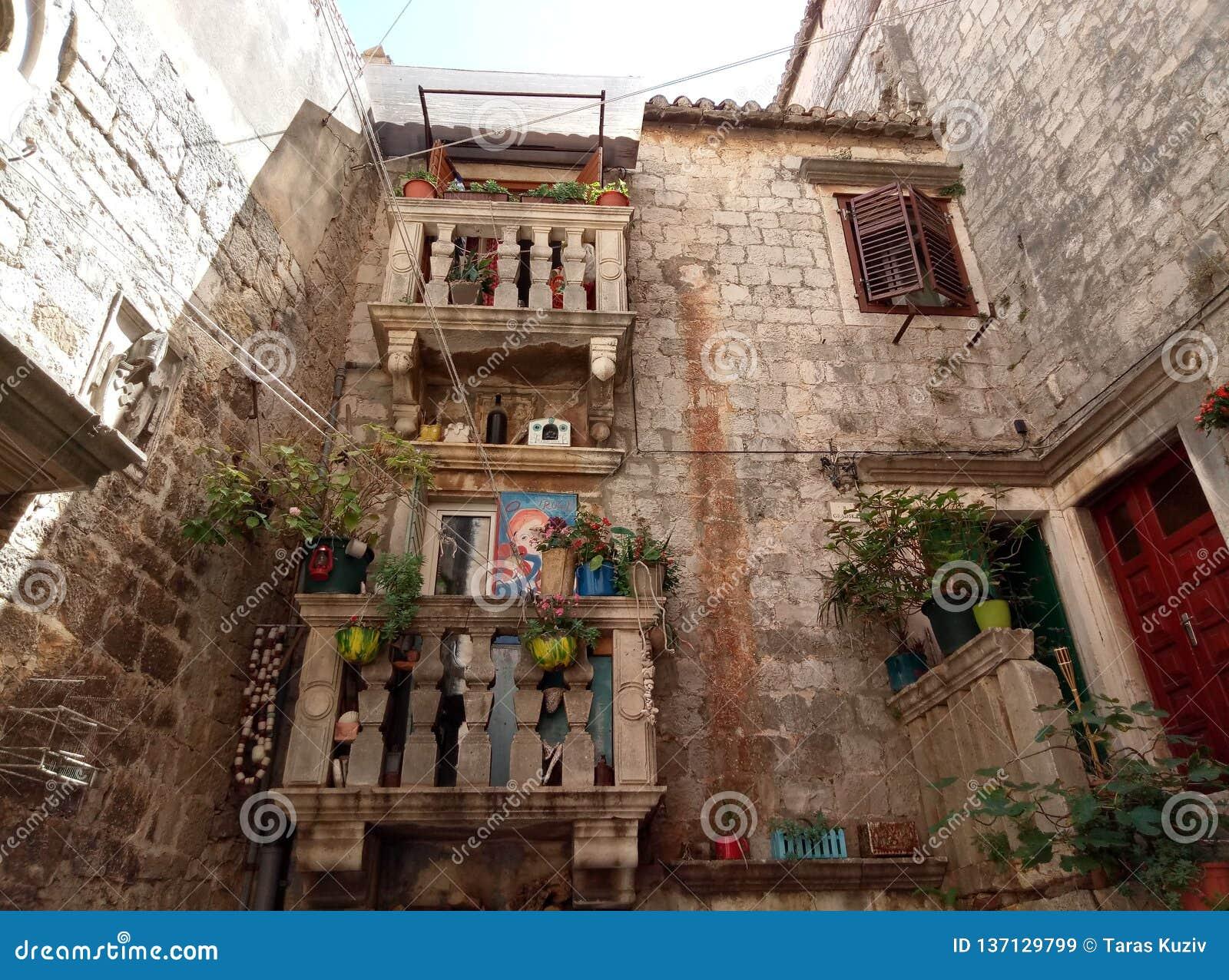 Trogir/Kroatien - 26. Juni 2017: Kleines Yard im Stadtzentrum von Trogir