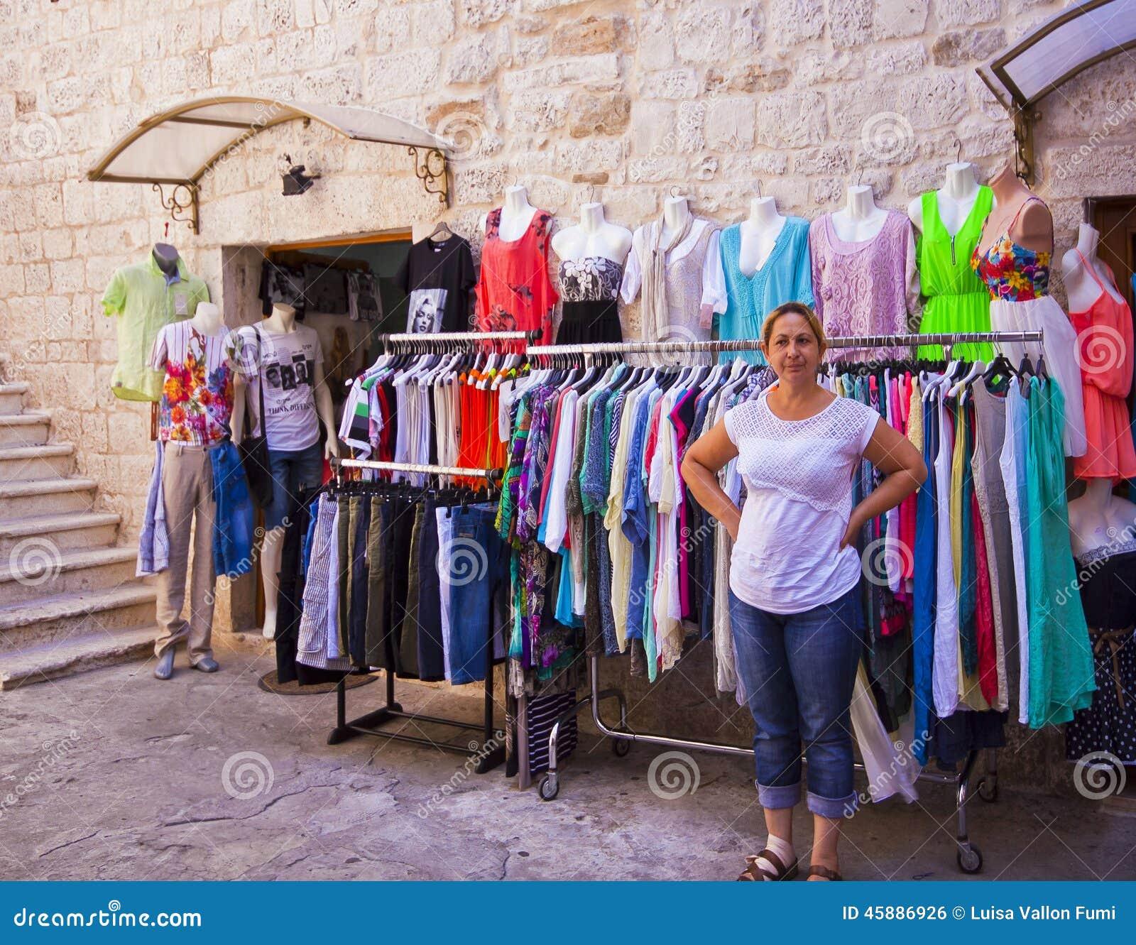 low priced bba1b ef14d Trogir, Kroatien - Kleidung Und Hemden Kaufen In Der Alten ...