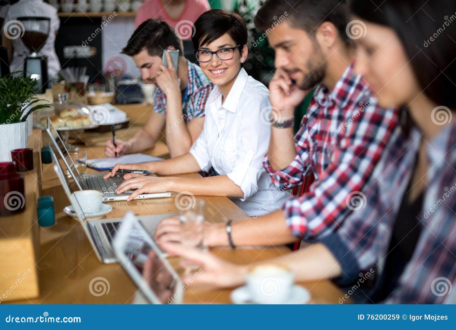Trois étudiants étudiant au café