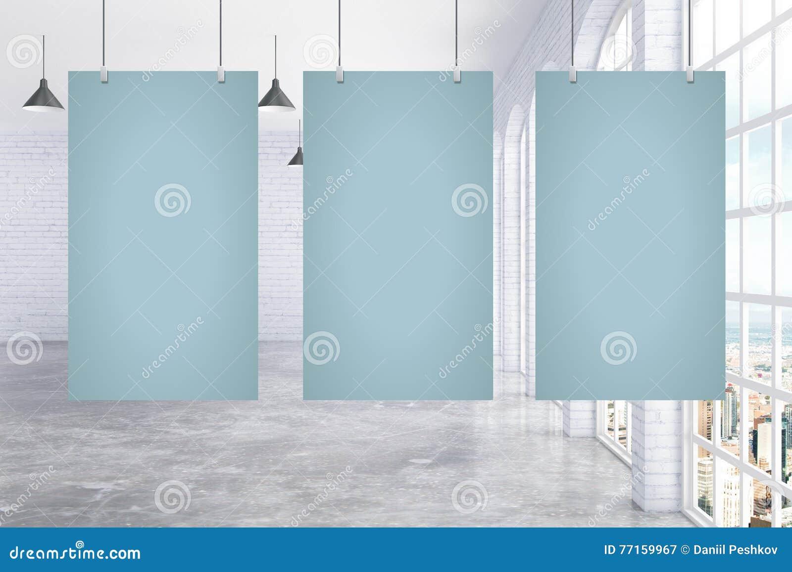 Trois affiches en blanc dans la chambre