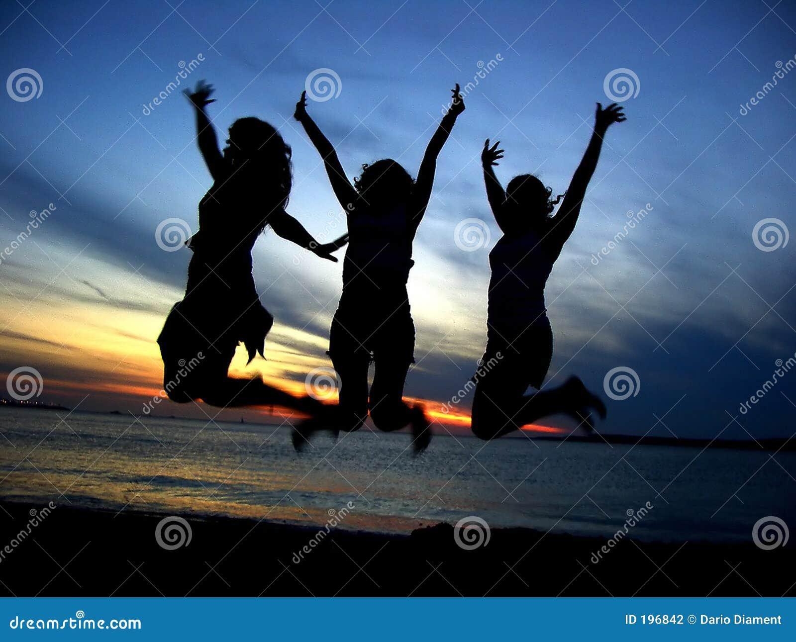 Trois amie célébrant la jeunesse