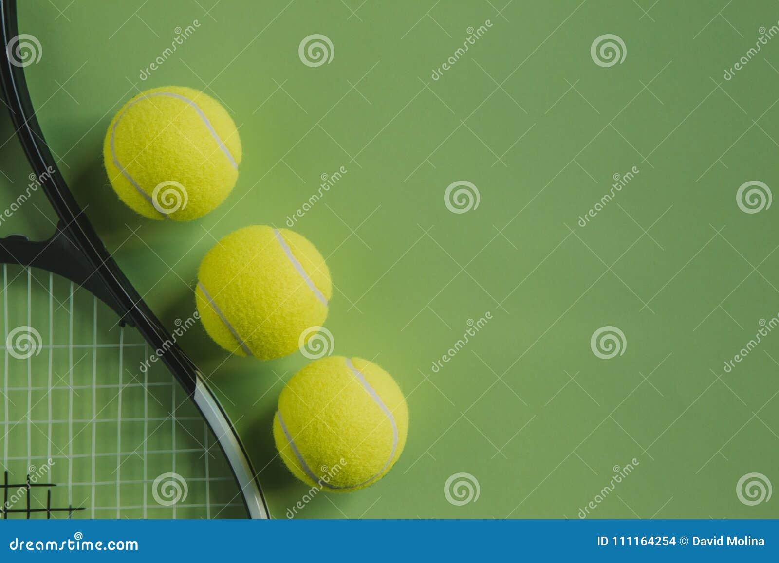 fdf0587491d6b La vue supérieure des objets conceptuels de tennis a placé sur la surface de  couleur verte