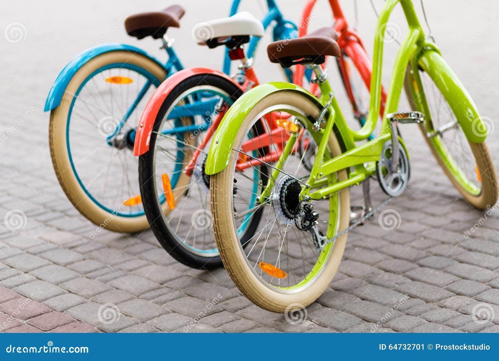 Trois beaux vélos de ville de dame