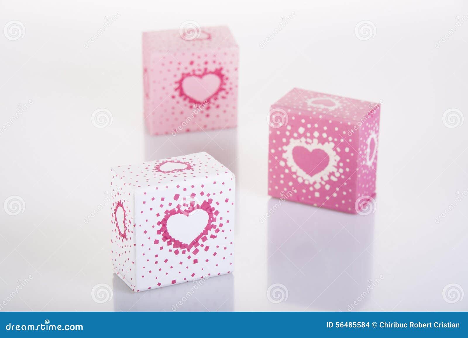 Trois blancs et boîtes roses avec des cerfs