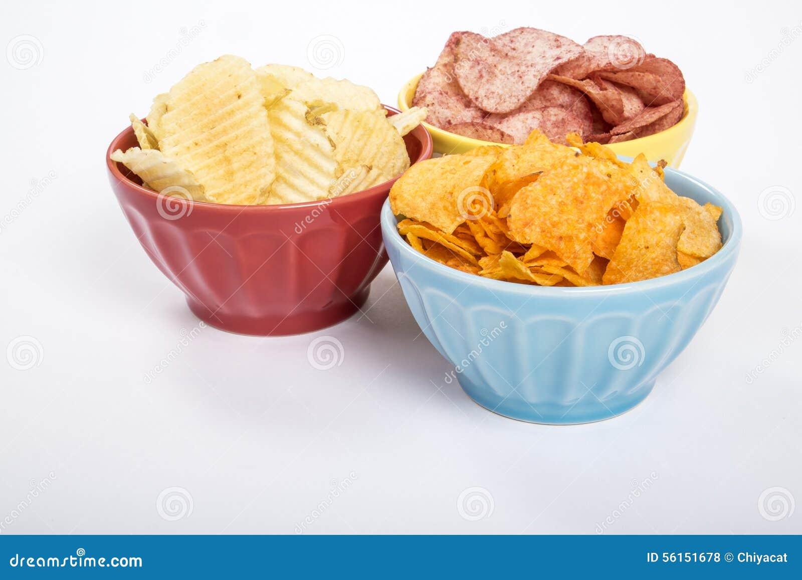 Trois bols de pommes chips des diverses saveurs #2