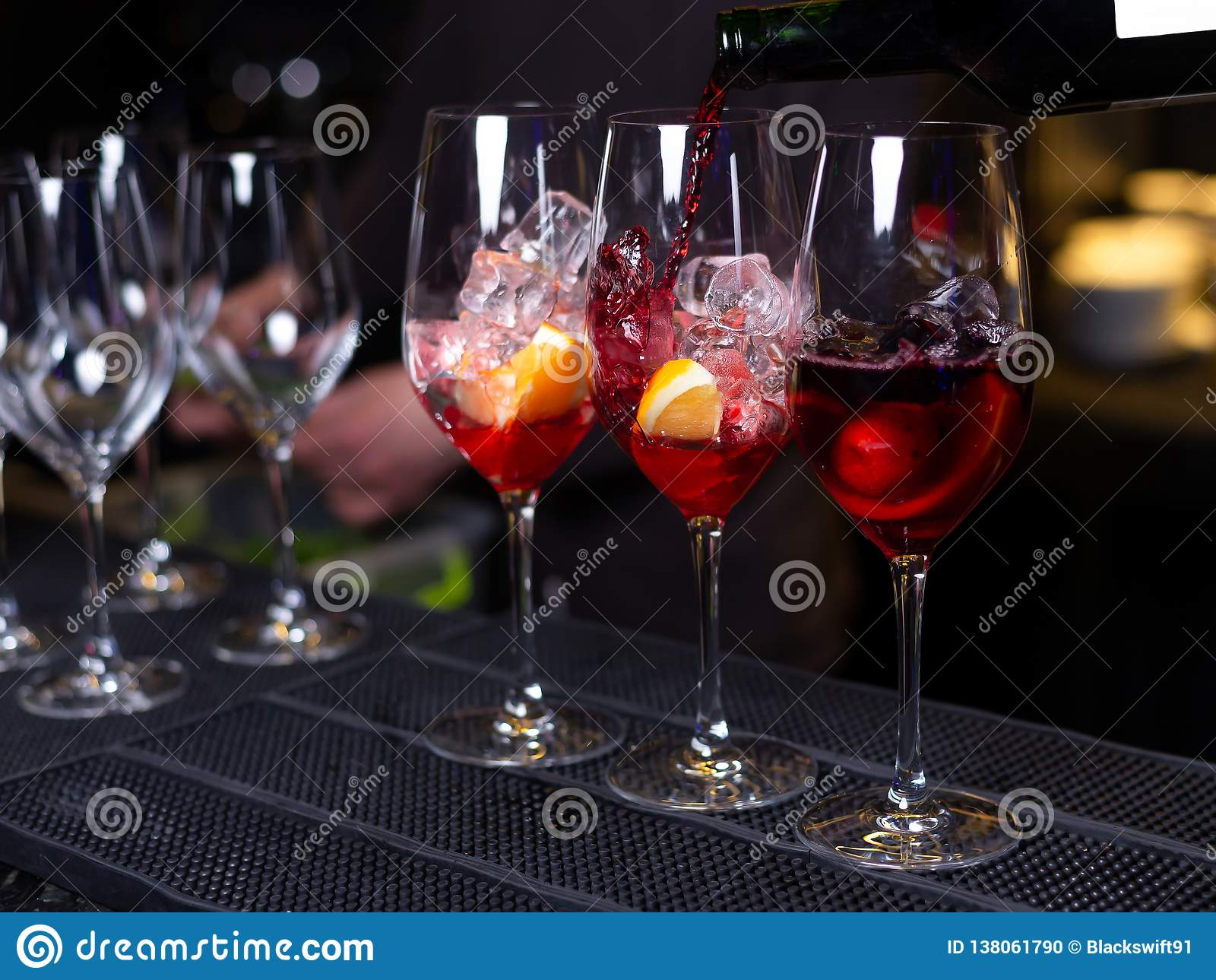 Trois cocktails avec du vin et la glace oranges sur la barre dans le restaurant