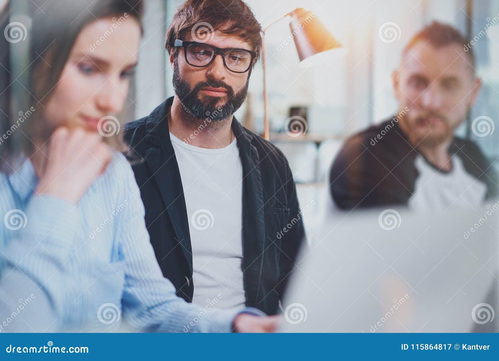 Trois collègues au processus fonctionnant Jeune femme collaborant avec le collègue au bureau moderne Concept de travail d équipe