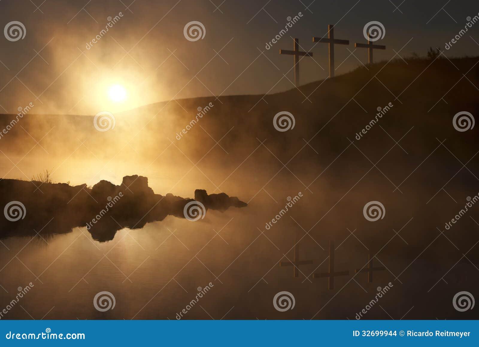 Trois croix au lever de soleil au-dessus d un matin brumeux de Pâques de lac