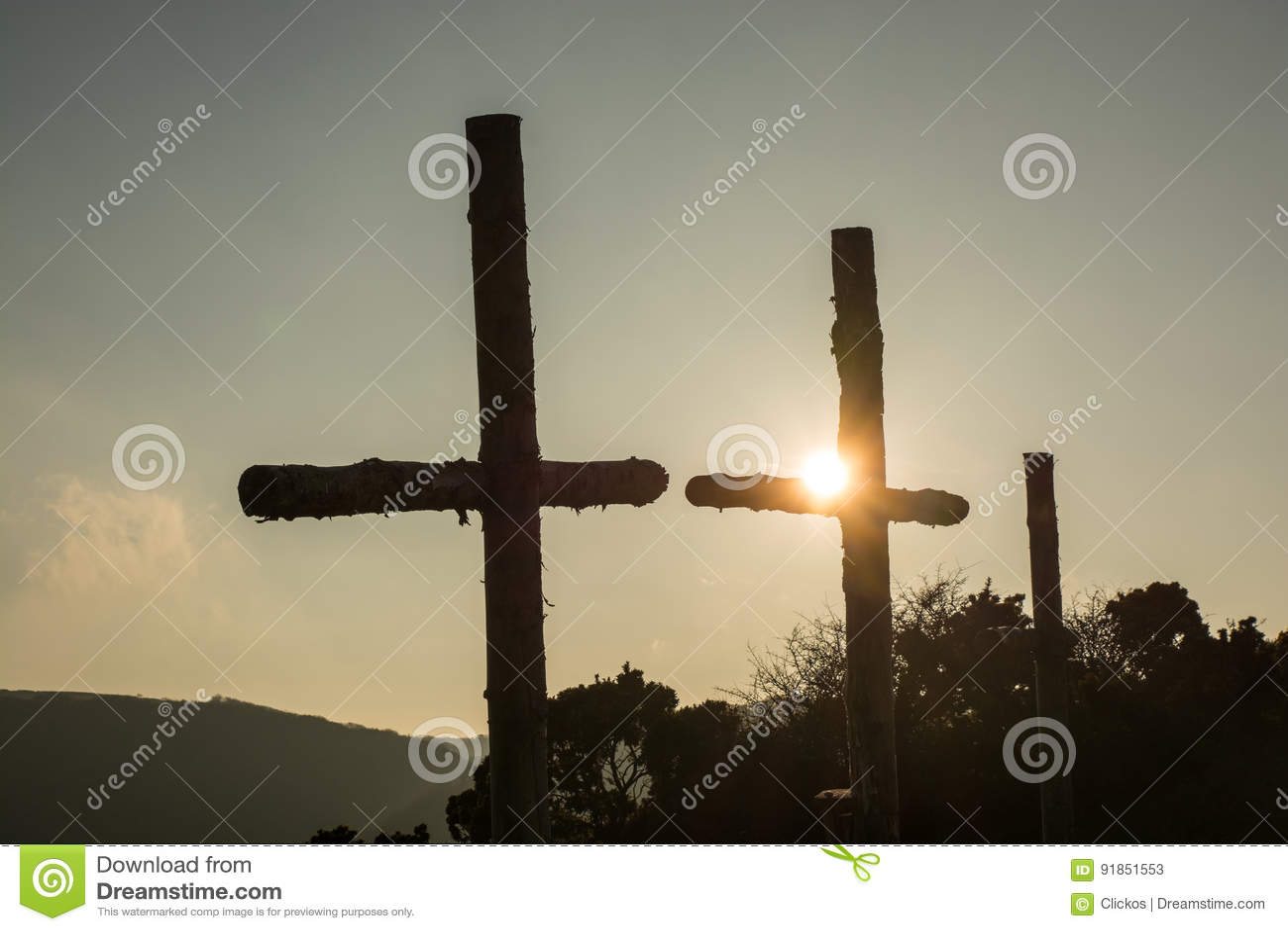 Trois croix en bois dans le coucher du soleil
