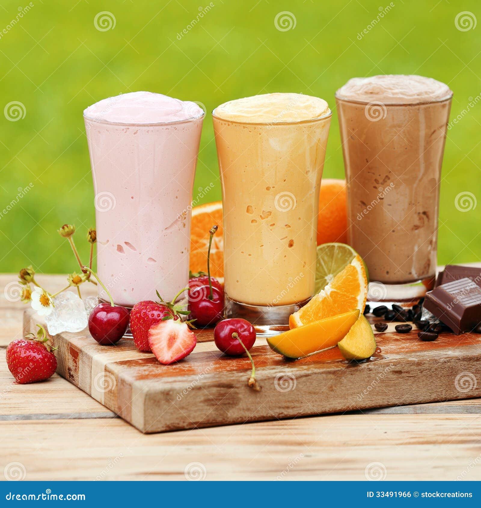 Trois divers cocktails naturels savoureux de protéine