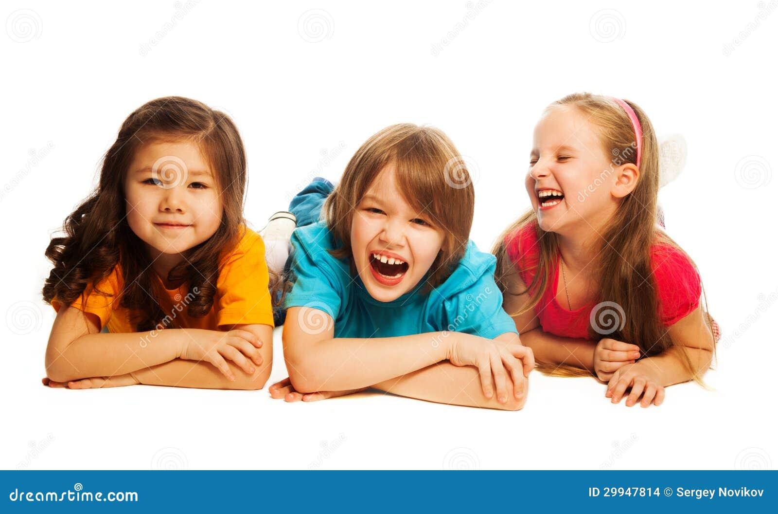 Enfants s étendant dans la ligne