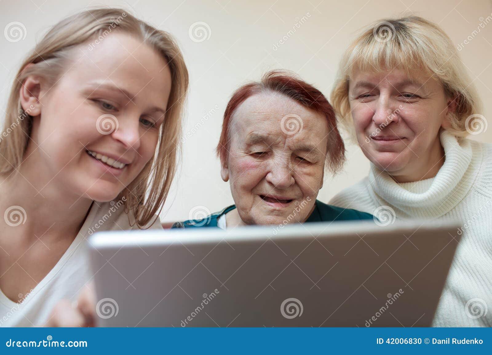 Trois femmes à l aide d un comprimé intelligent