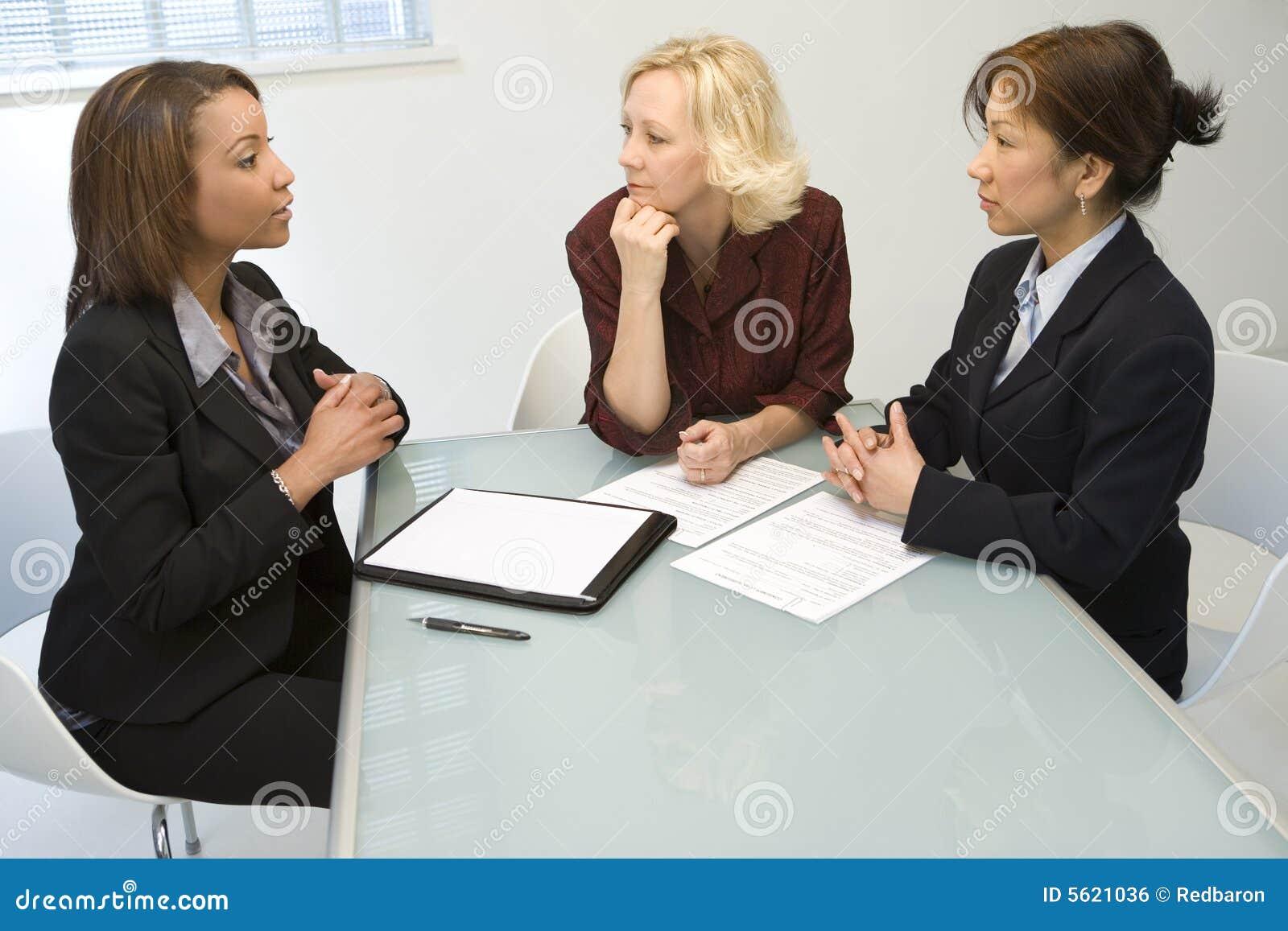 Trois femmes d affaires au bureau